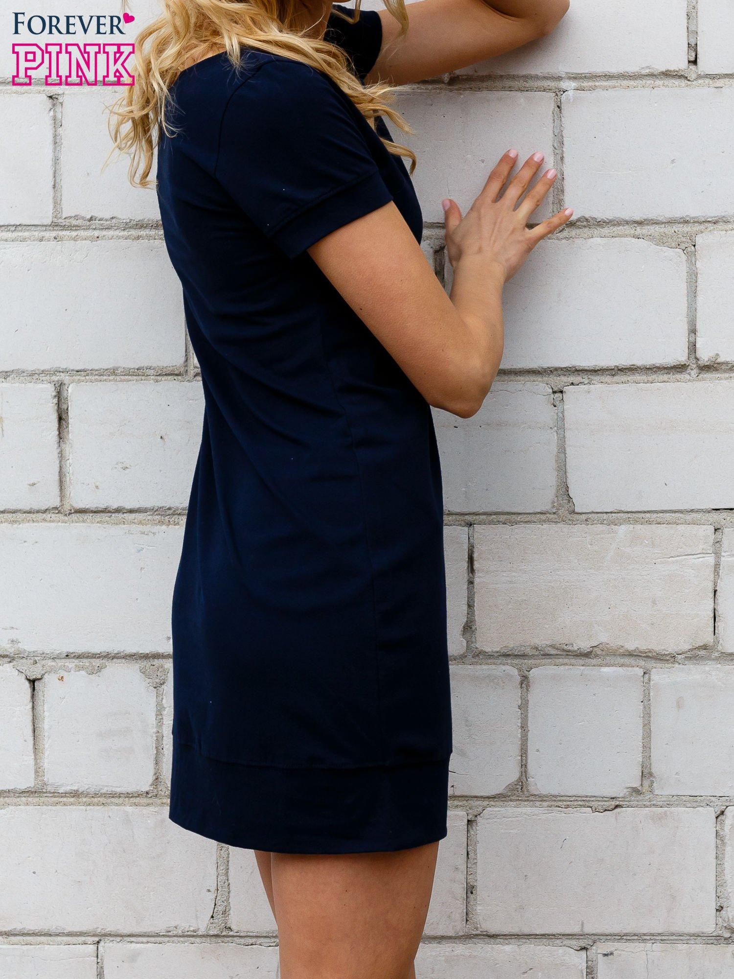 Granatowa gładka sukienka ze ściągaczem na dole                                  zdj.                                  2