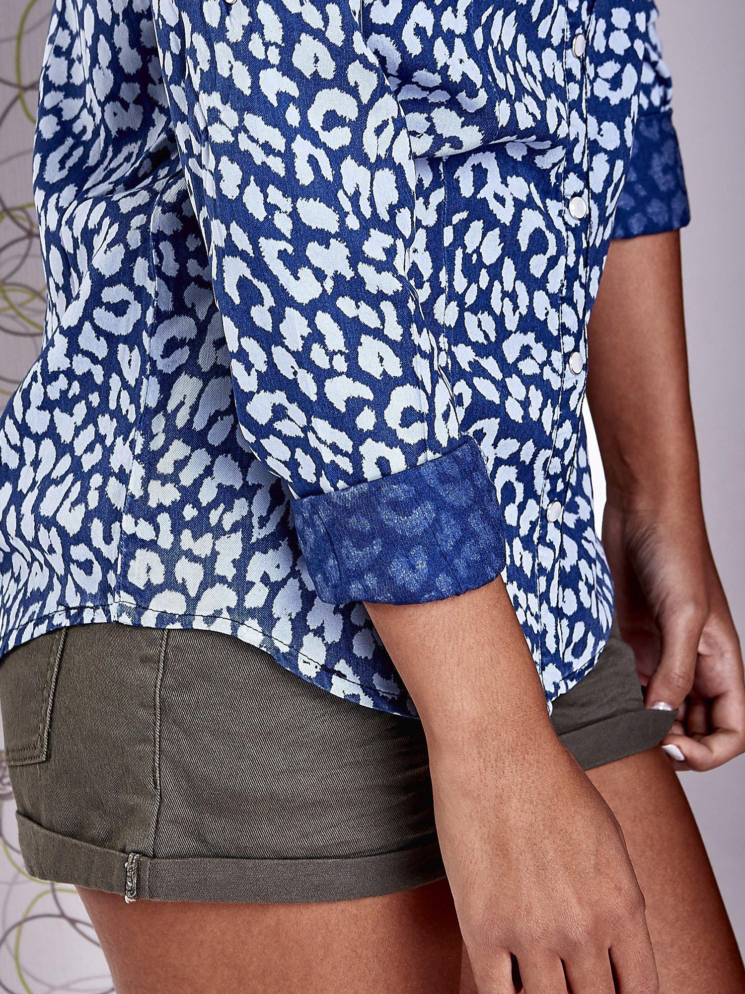 Granatowa koszula w panterkę z podwijanymi rękawami                                  zdj.                                  7