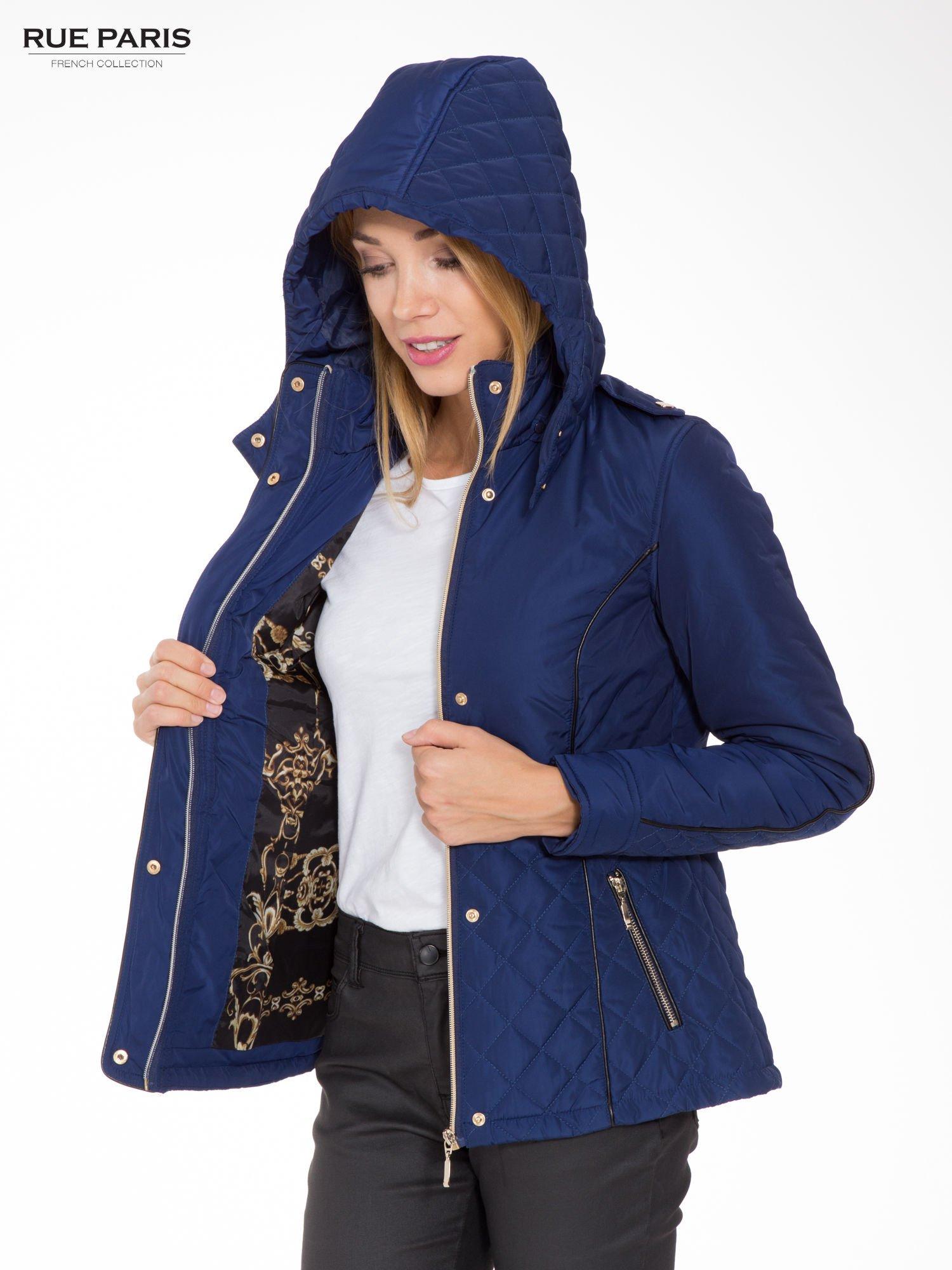Granatowa kurtka z pikowanymi wstawkami i kontrastową lamówką                                  zdj.                                  4