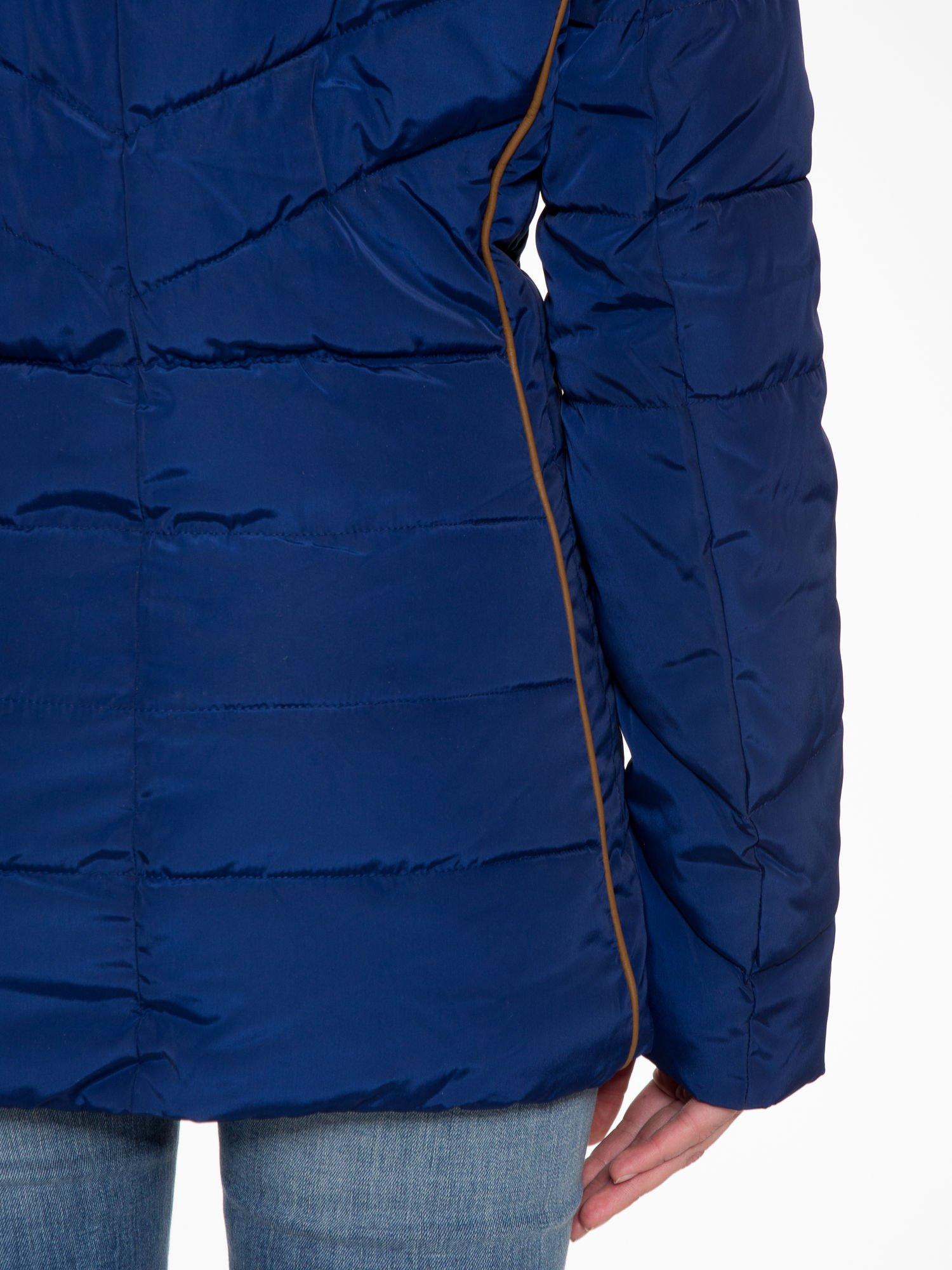 Granatowa kurtka zimowa ze skórzaną lamówką i futrzanym kapturem                                  zdj.                                  9