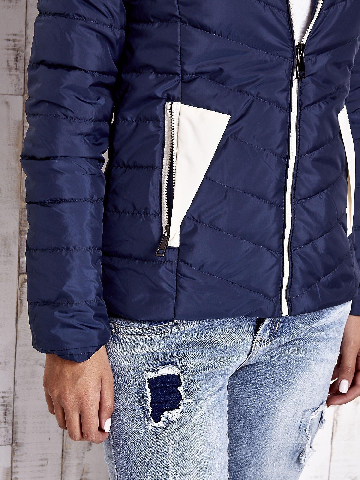 Granatowa pikowana kurtka z jasnym wykończeniem                                  zdj.                                  9