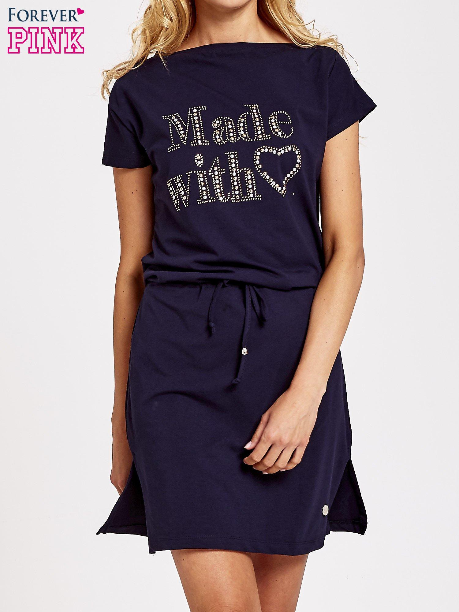 Granatowa sukienka dresowa wiązana w pasie z aplikacją z dżetów                                  zdj.                                  1
