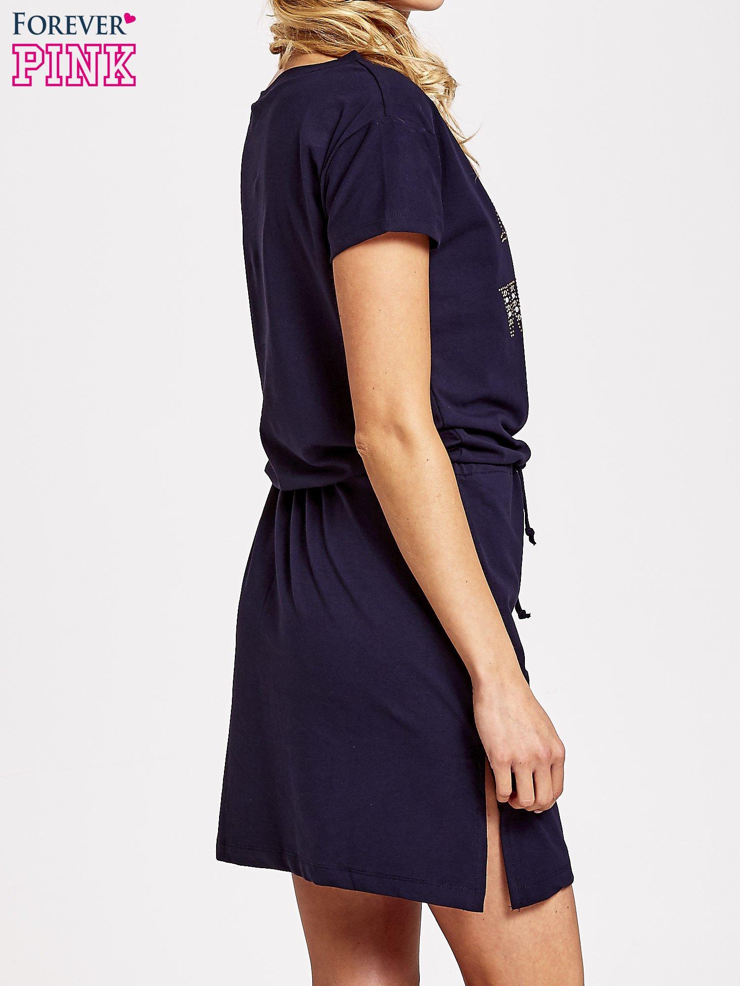 Granatowa sukienka dresowa wiązana w pasie z aplikacją z dżetów                                  zdj.                                  4