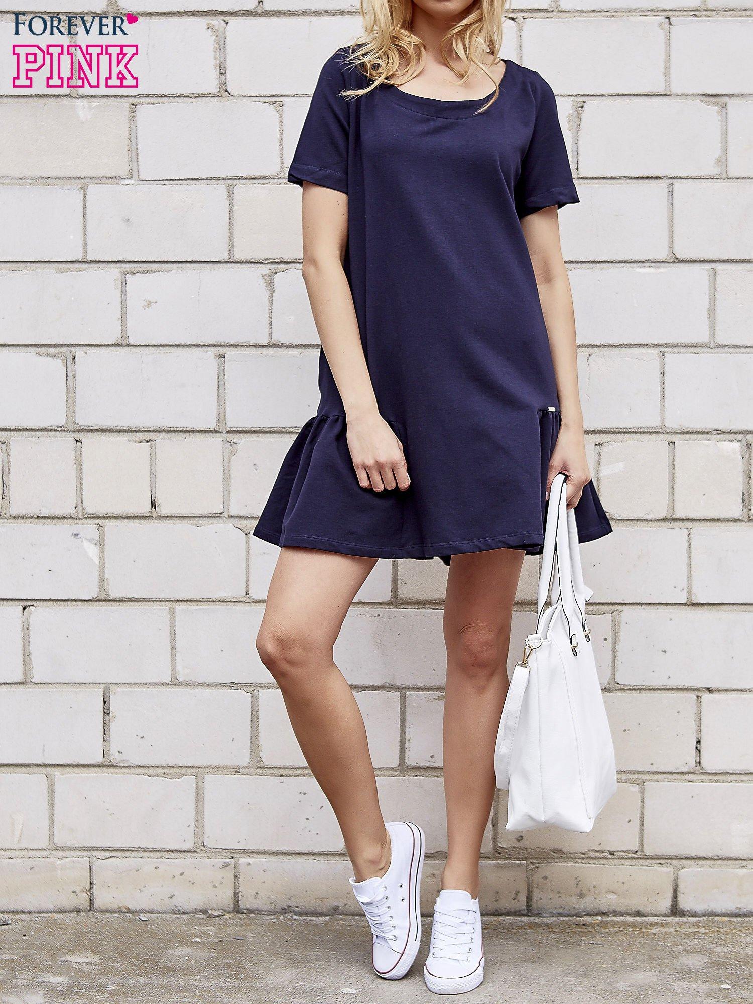 Granatowa sukienka dresowa z falbanami z boku                                  zdj.                                  4