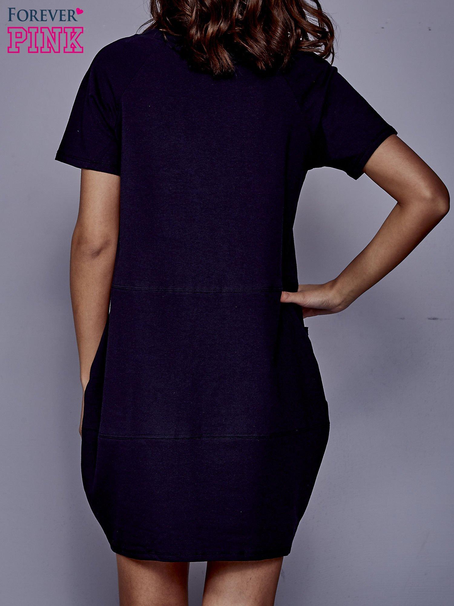 Granatowa sukienka dresowa z kieszenią z boku                                  zdj.                                  2