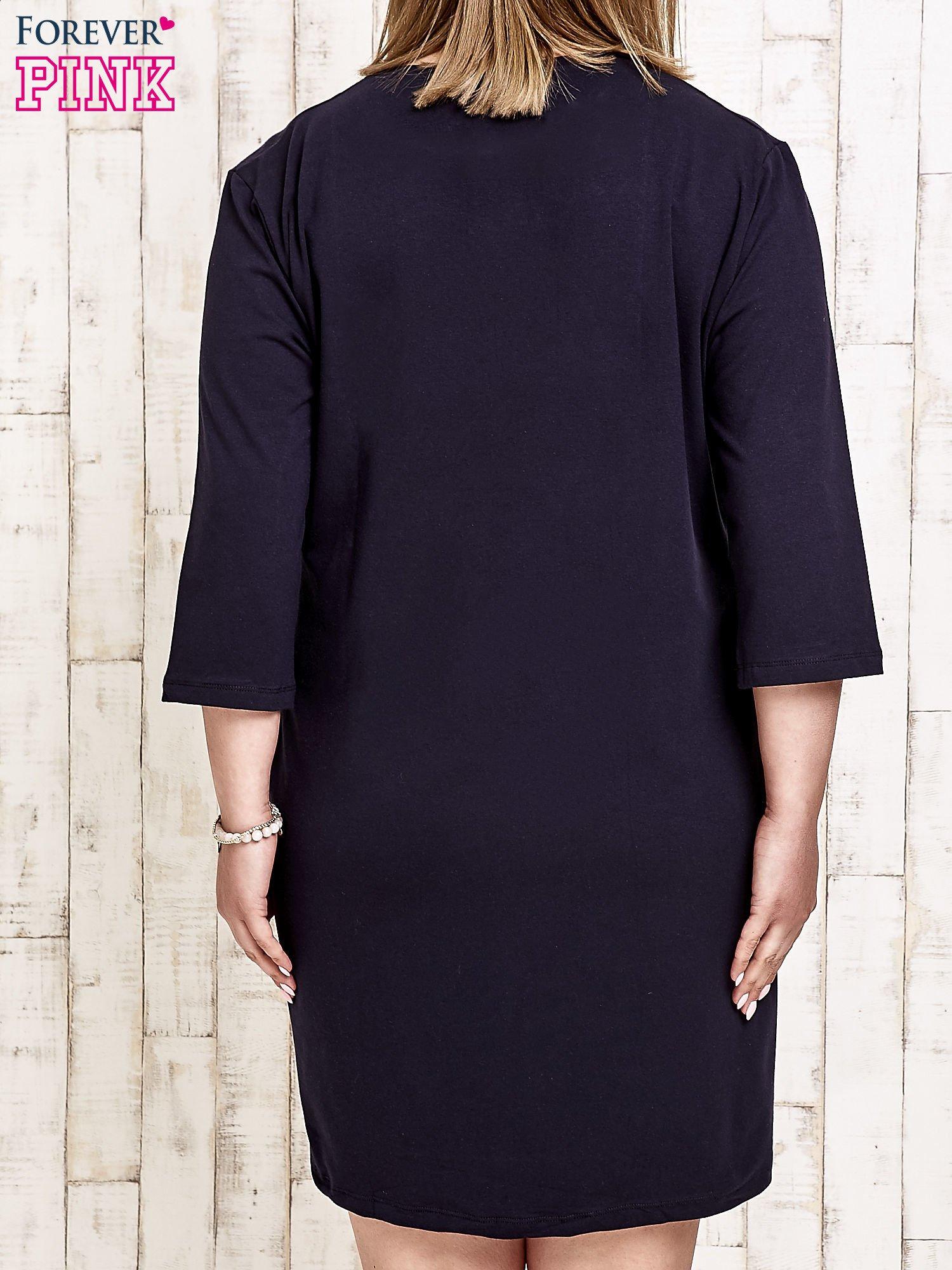Granatowa sukienka dresowa z napisem BABE PLUS SIZE                                  zdj.                                  4