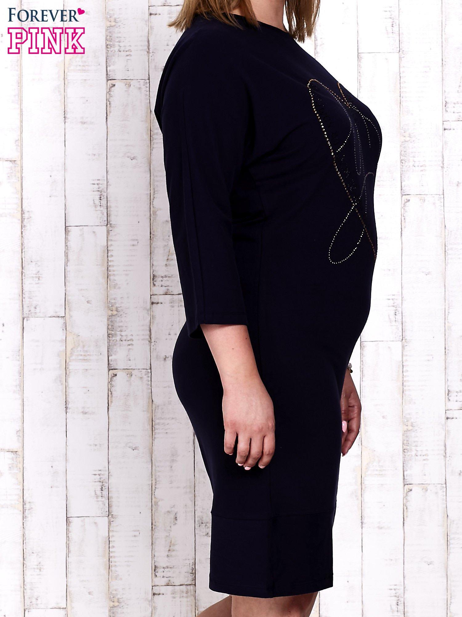 Granatowa sukienka dresowa z sercem z dżetów PLUS SIZE                                  zdj.                                  3