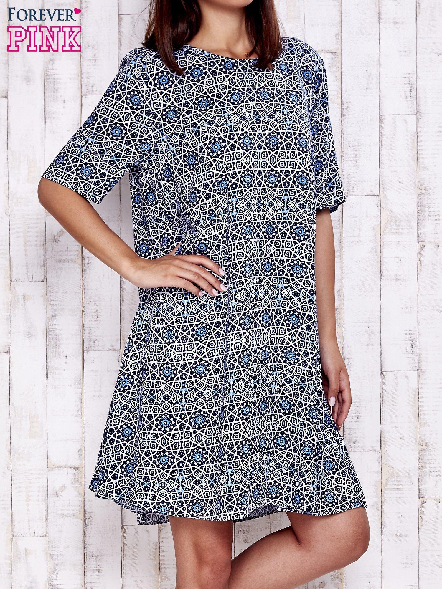 Granatowa sukienka oversize z graficznym nadrukiem                                  zdj.                                  1