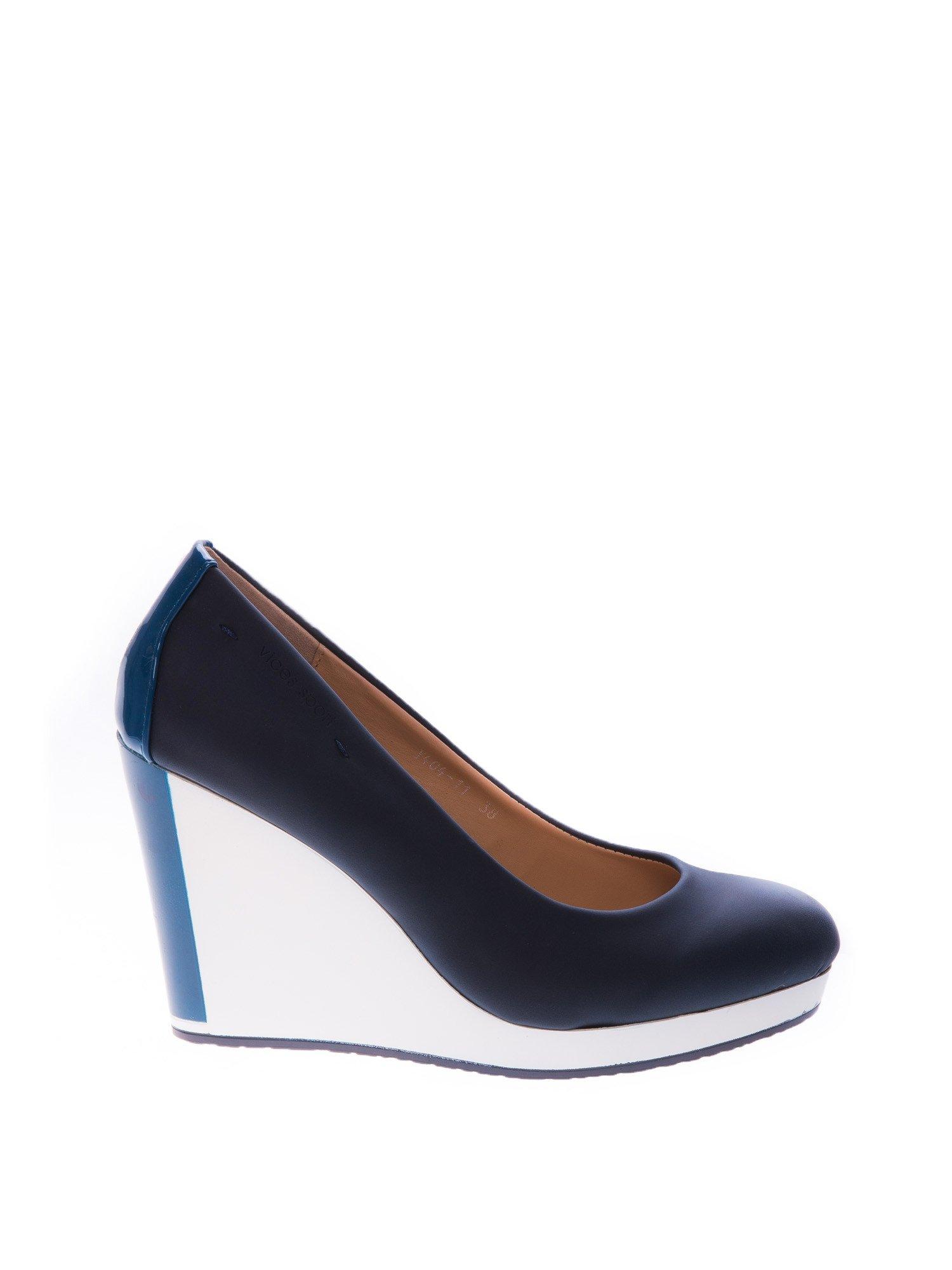 Granatowe buty na koturnie w sportowym stylu                                  zdj.                                  1