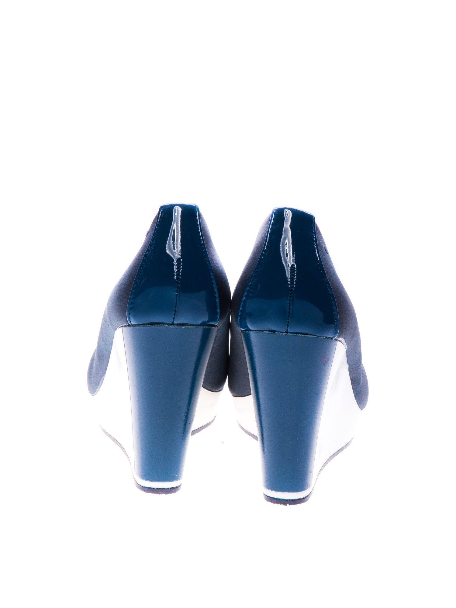Granatowe buty na koturnie w sportowym stylu                                  zdj.                                  3