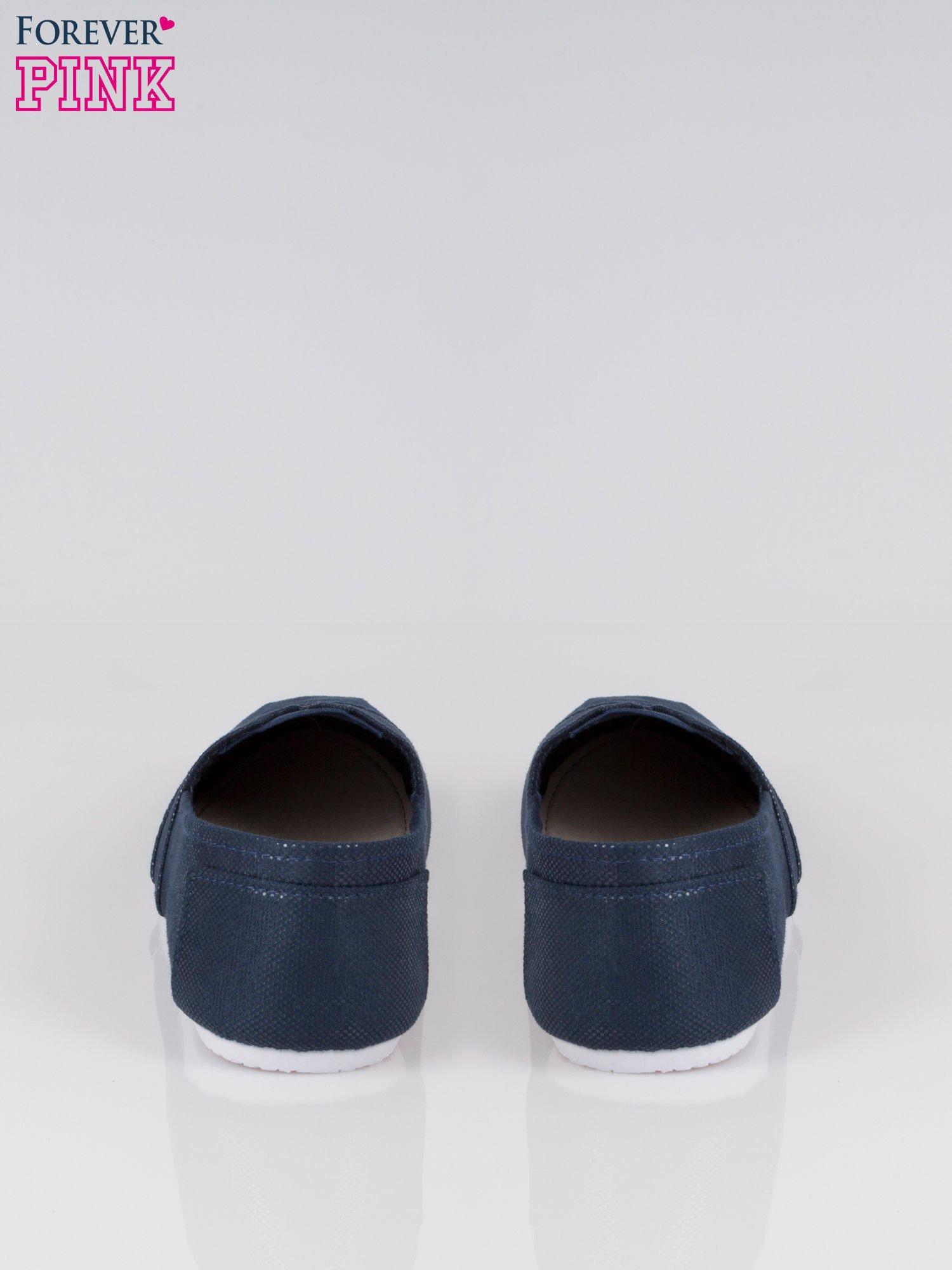 Granatowe buty sliponki z efektem skóry jaszczurki                                  zdj.                                  3