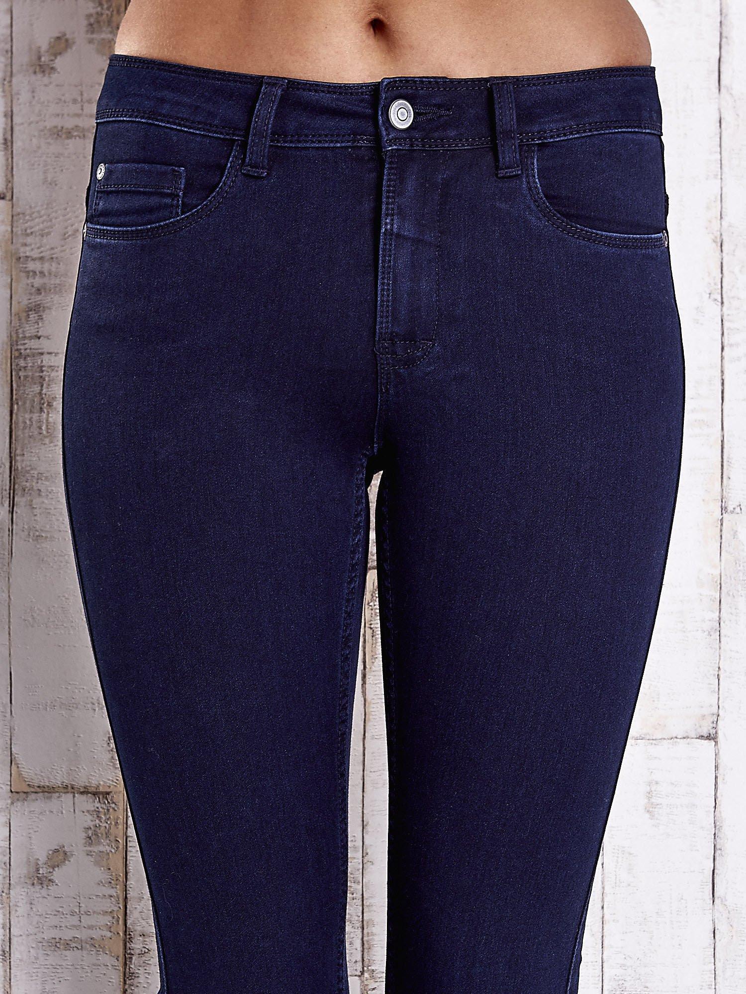 Granatowe dopasowane spodnie jeansowe                                  zdj.                                  4