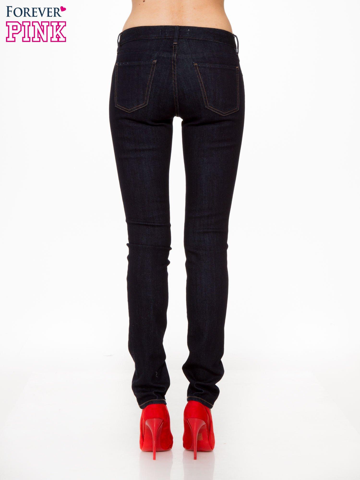 Granatowe klasyczne spodnie jeansowe rurki                                  zdj.                                  4
