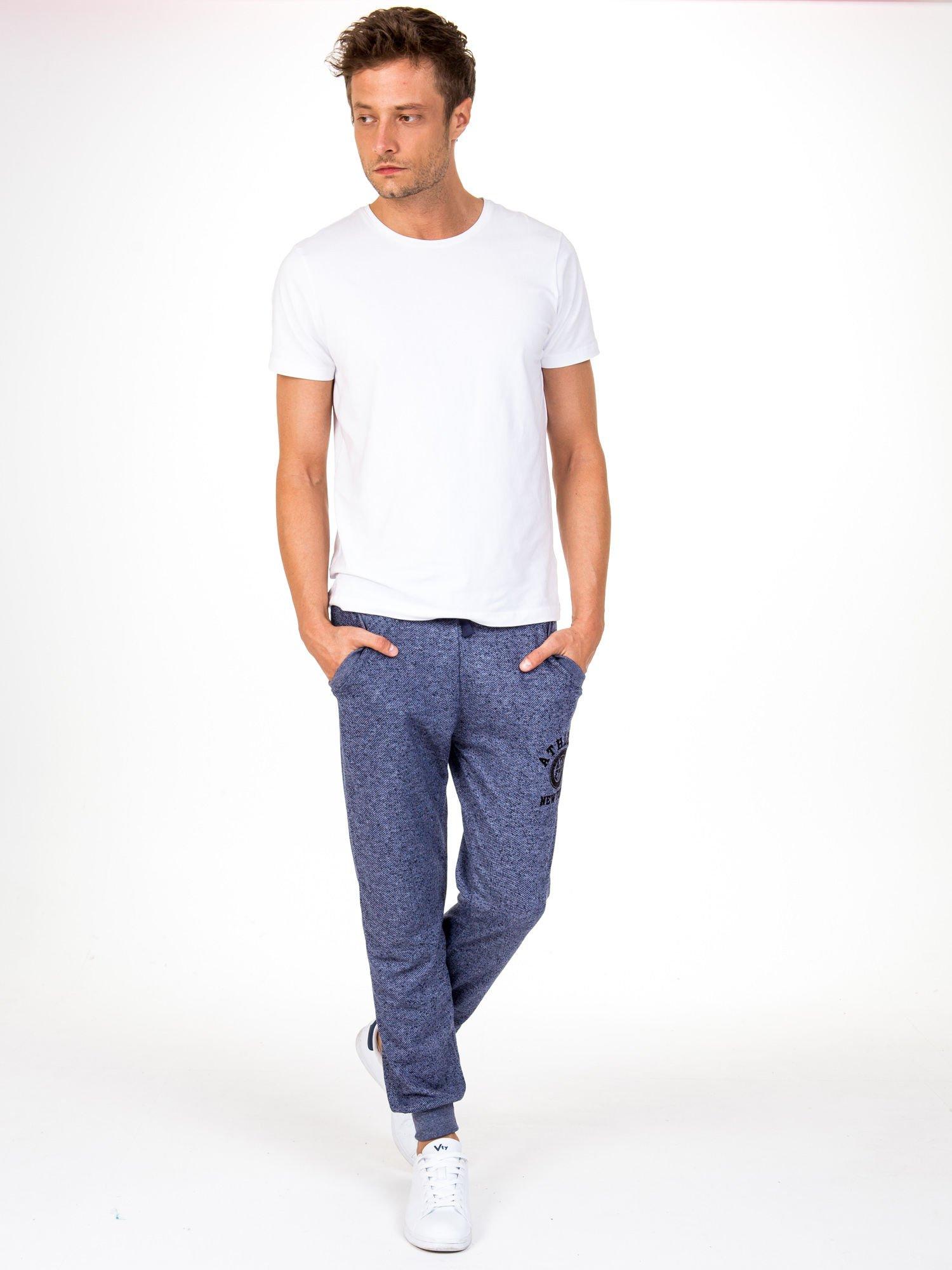 Granatowe melanżowe spodnie męskie z kieszeniami i aplikacją                                  zdj.                                  4