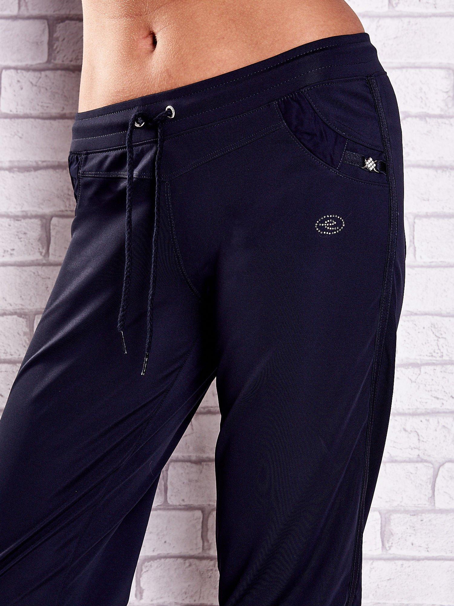 Granatowe spodnie capri z aplikacjami z dżetów                                  zdj.                                  4
