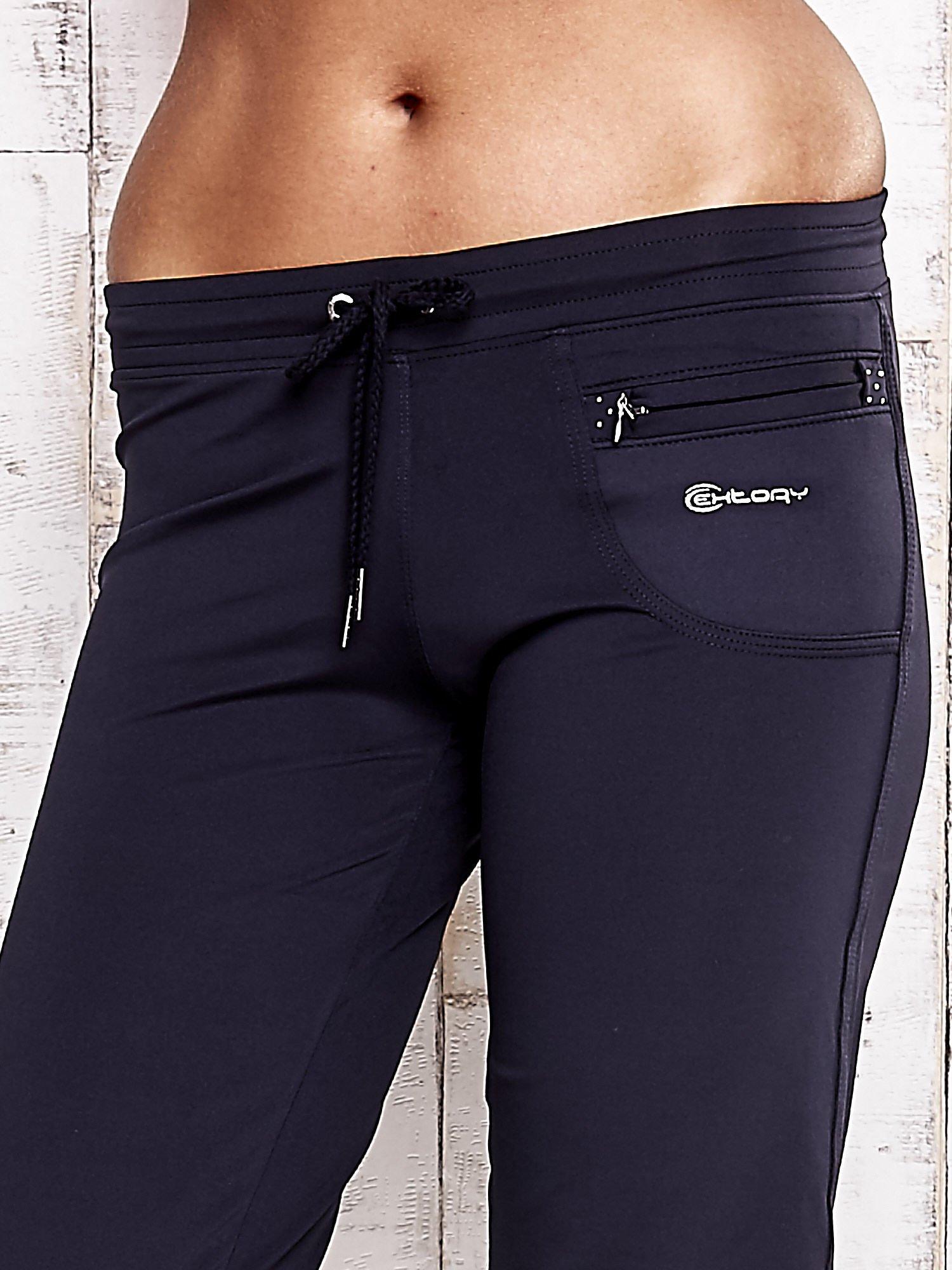 Granatowe spodnie capri z dżetami i kieszonką                                  zdj.                                  4