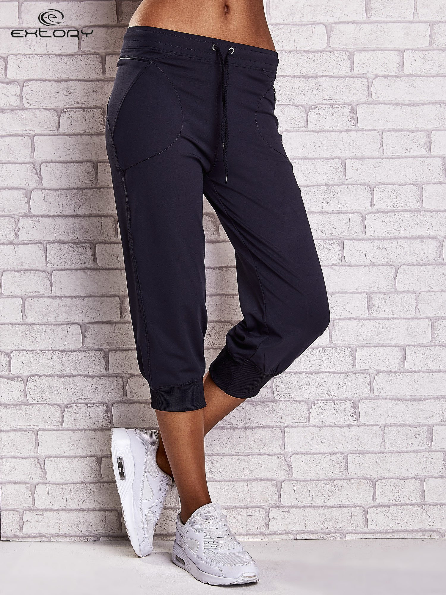 Granatowe spodnie capri z kieszonką i haftem PLUS SIZE                                  zdj.                                  1