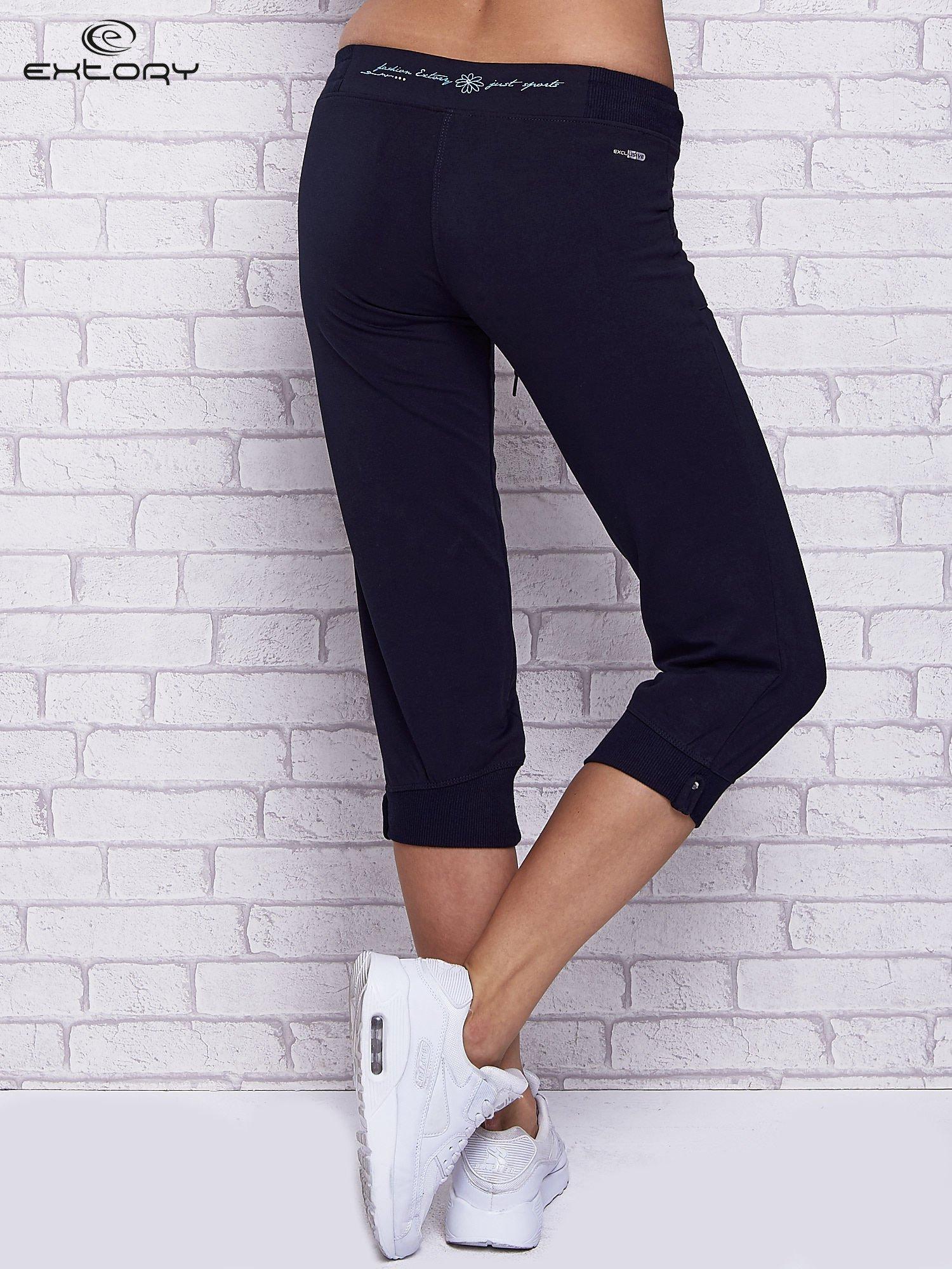 Granatowe spodnie capri z kolorowym nadrukiem z tyłu