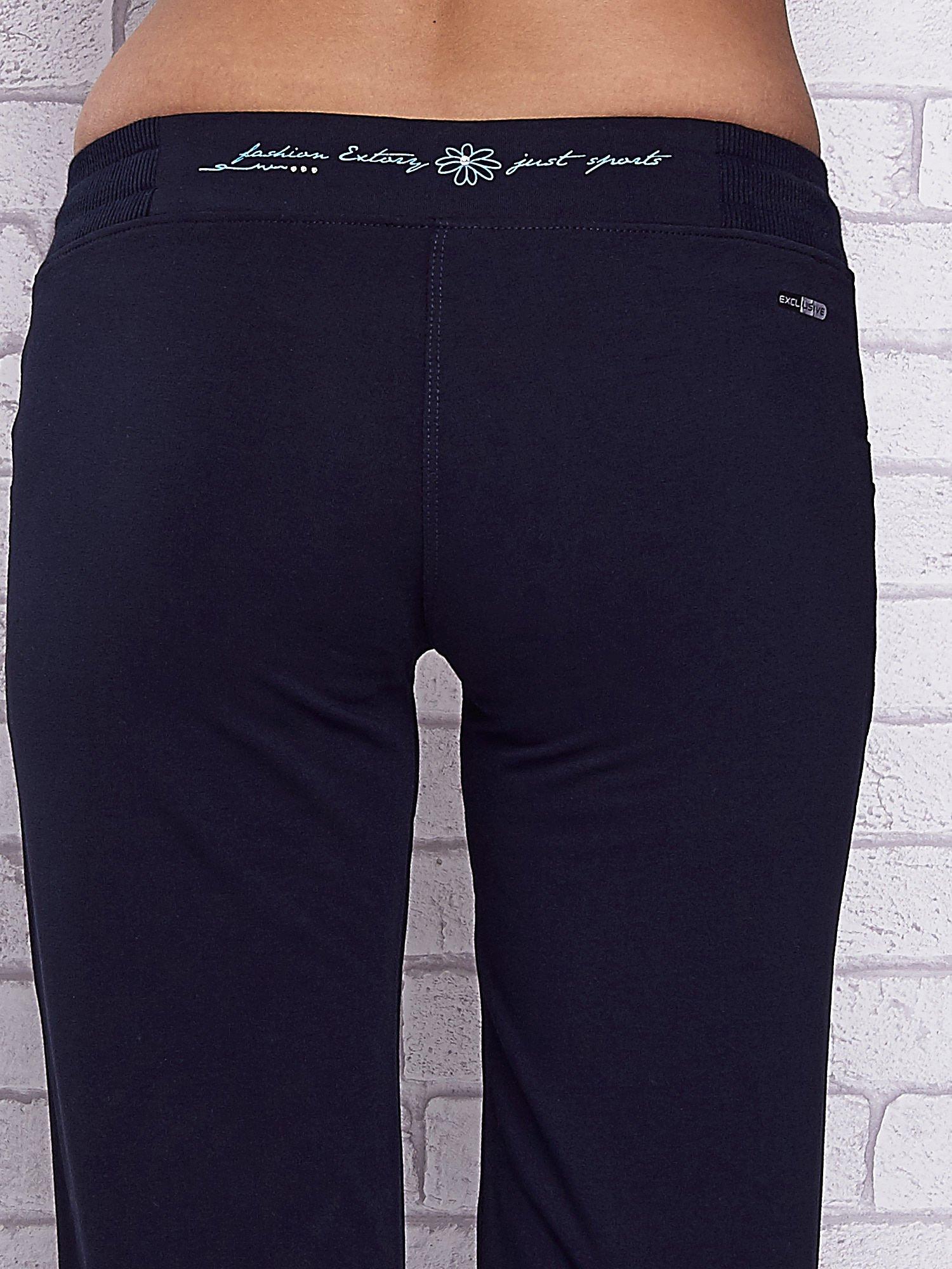 Granatowe spodnie capri z kolorowym nadrukiem z tyłu                                  zdj.                                  6