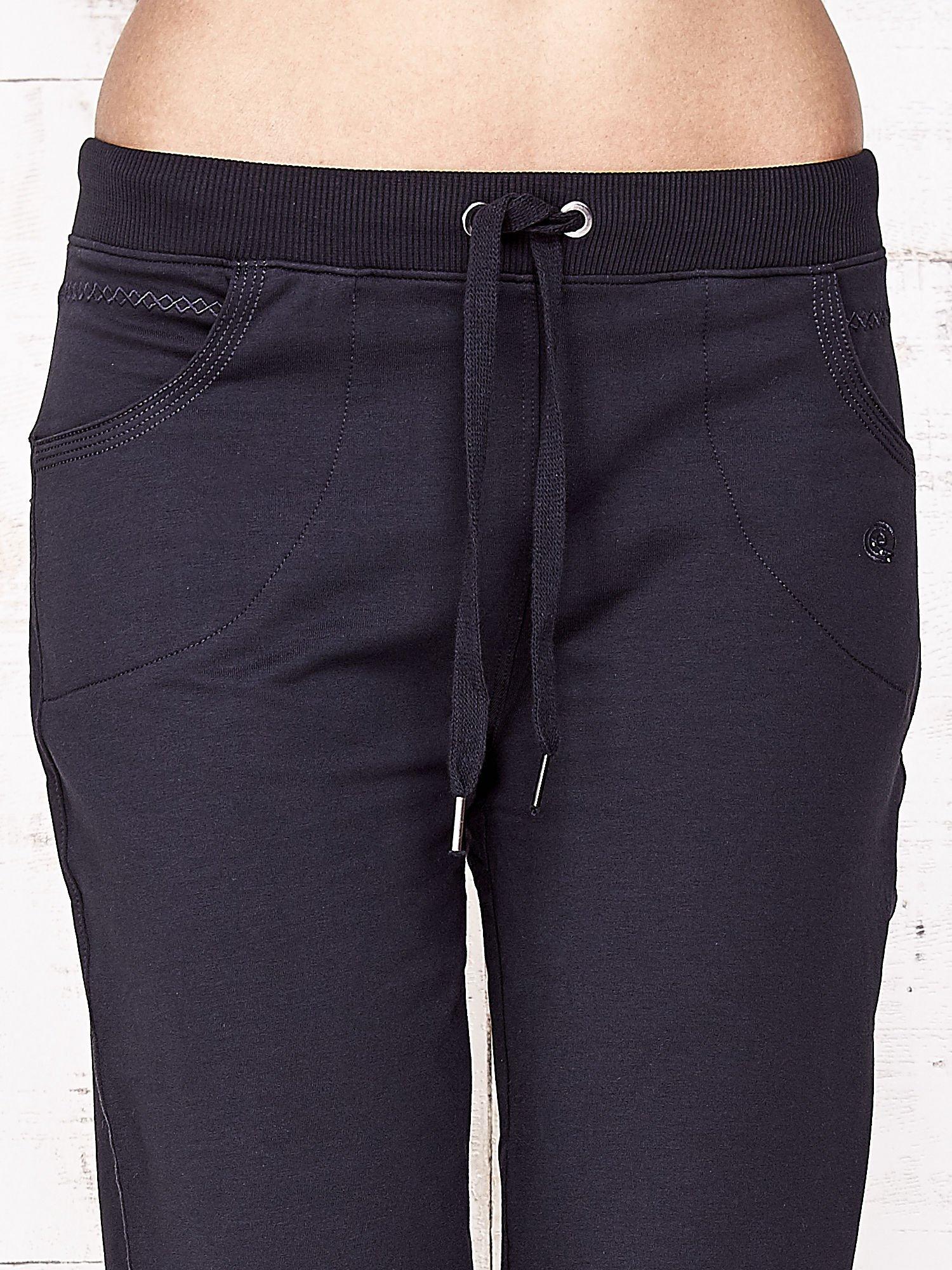 Granatowe spodnie dresowe capri ze ściągaczami na dole                                  zdj.                                  4