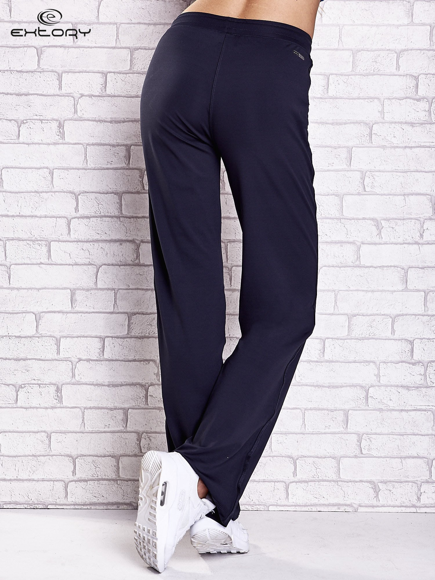 Granatowe spodnie dresowe z aplikacjami z błyszczących dżetów                                  zdj.                                  3