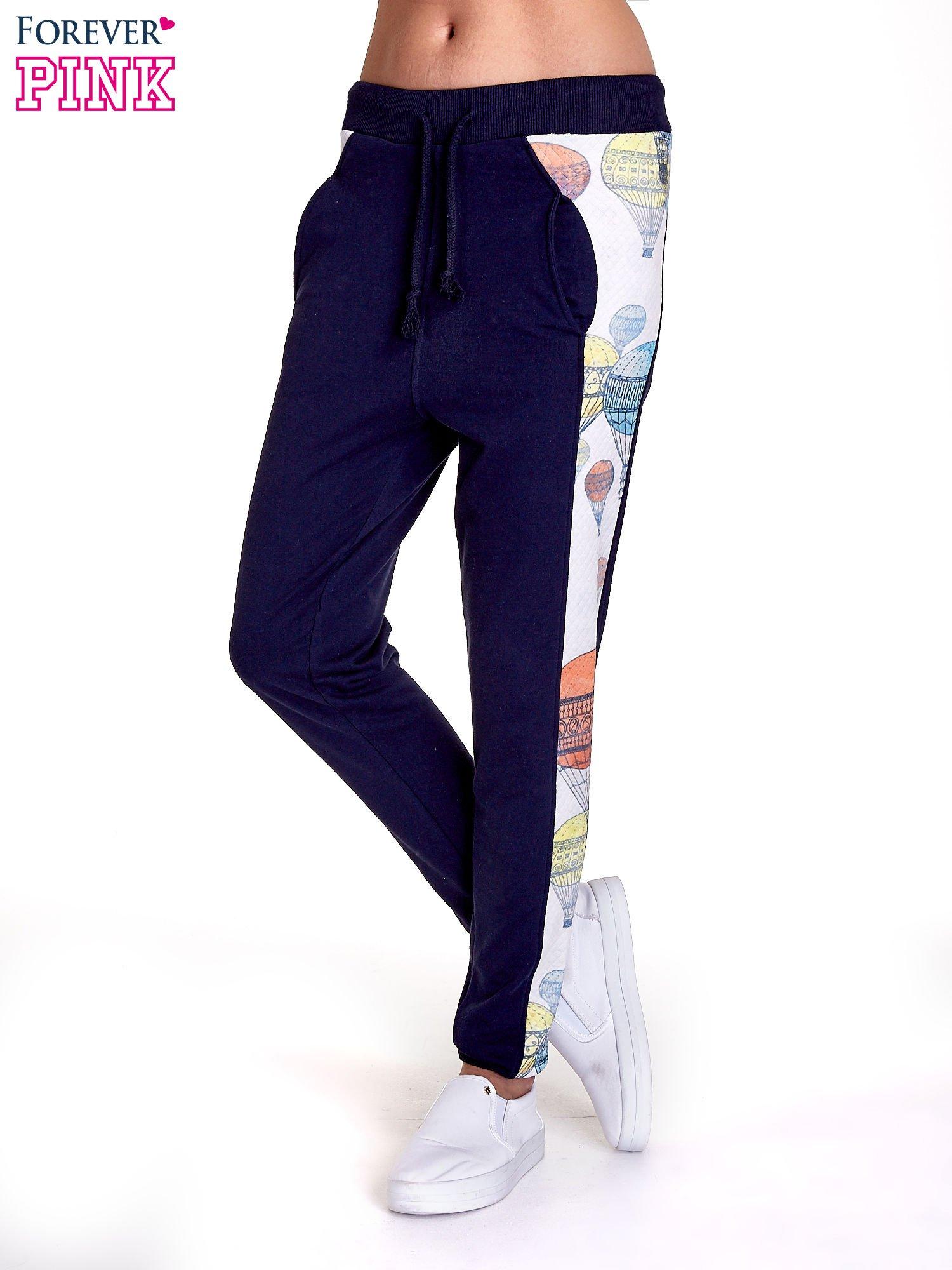 Granatowe spodnie dresowe z lampasem w balony                                  zdj.                                  1