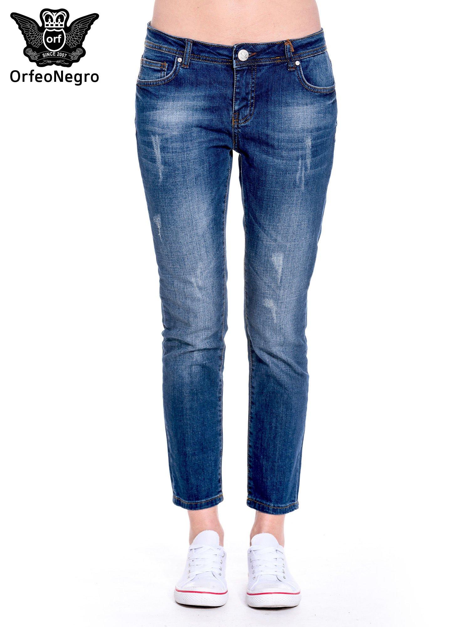 Granatowe spodnie girlfriend jeans z przetarciami                                  zdj.                                  3