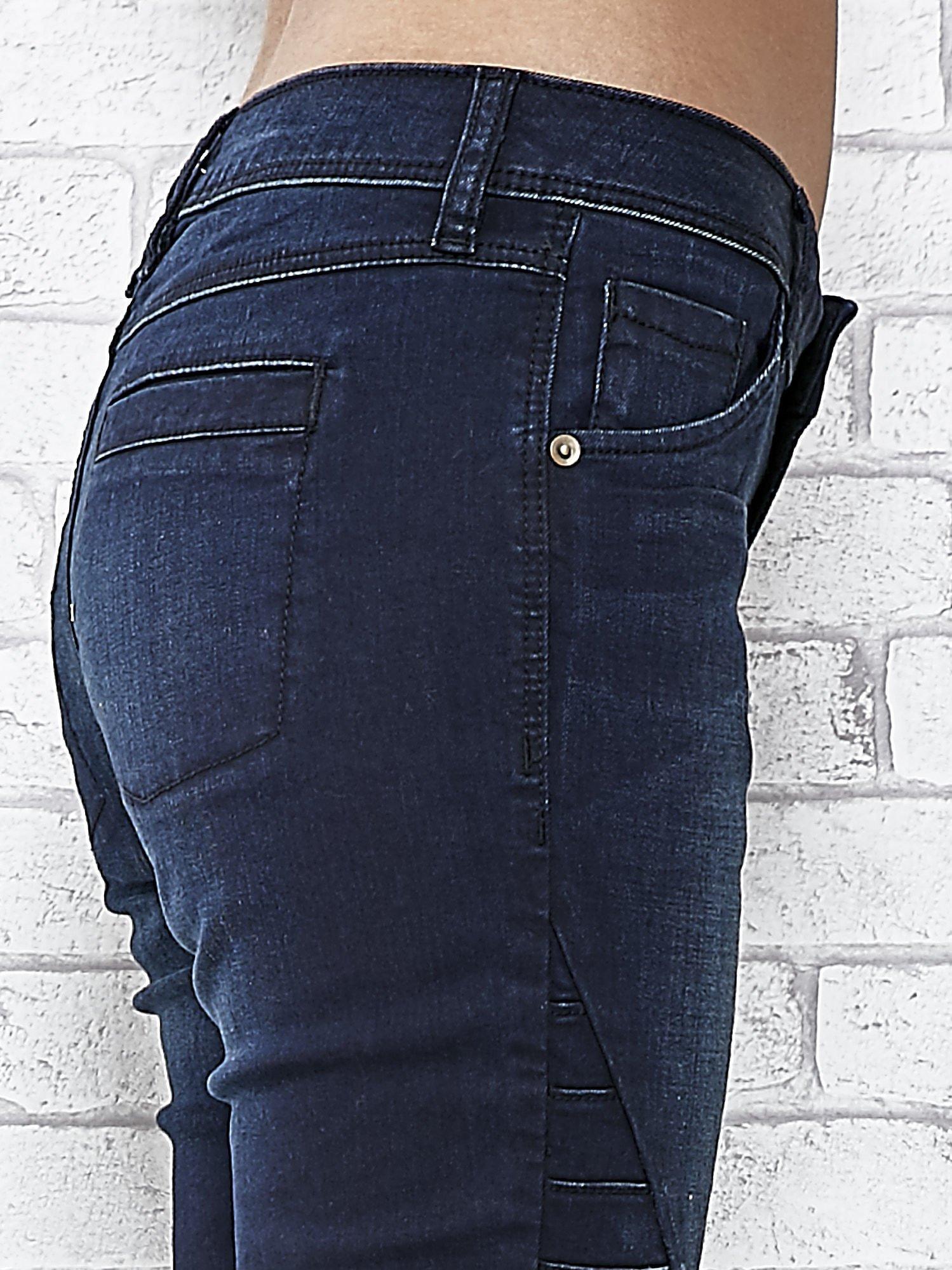 Granatowe spodnie skinny jeans biker z przeszyciami                                  zdj.                                  5