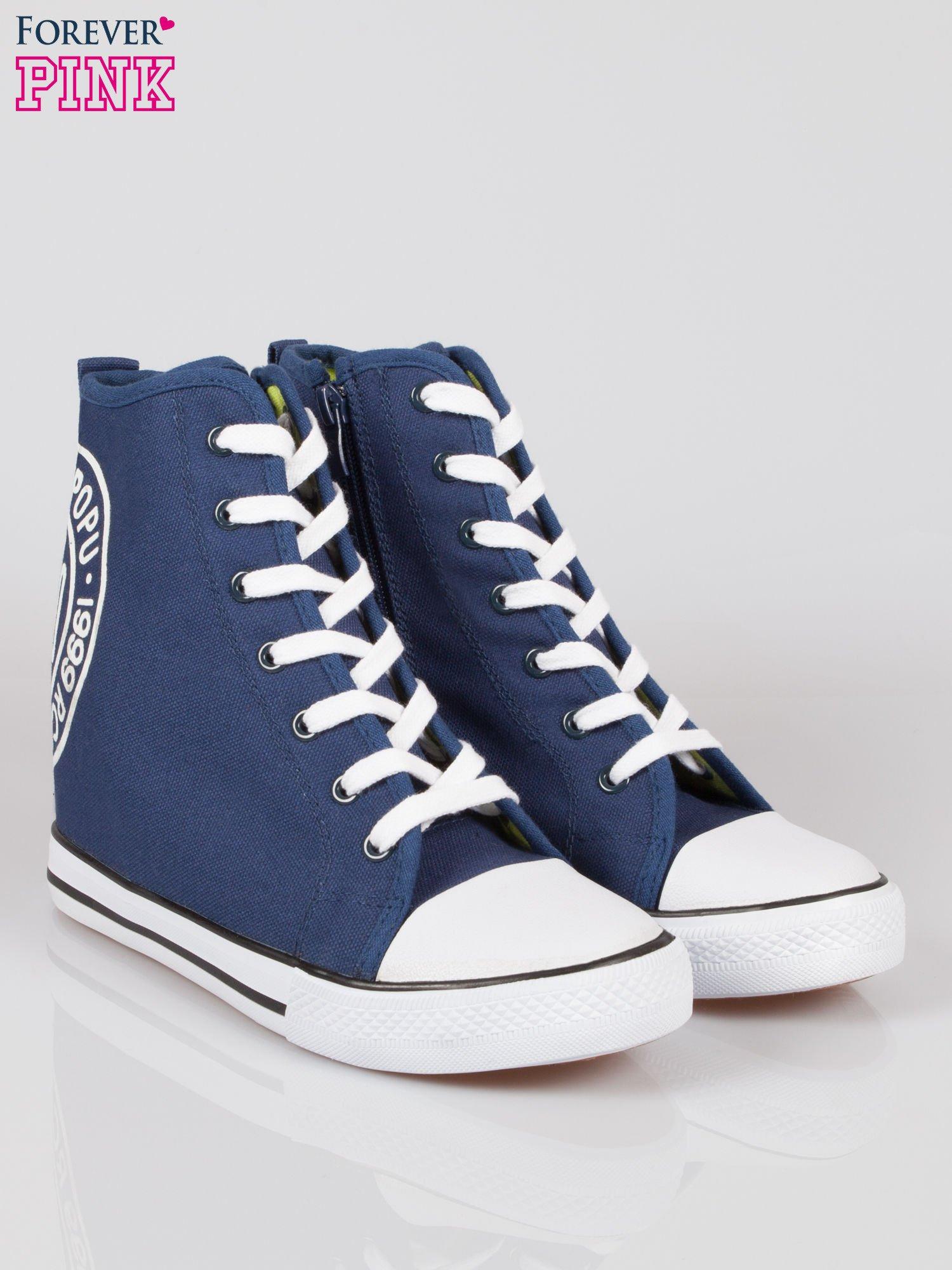 Granatowe trampki na koturnie sneakersy z logo                                  zdj.                                  2