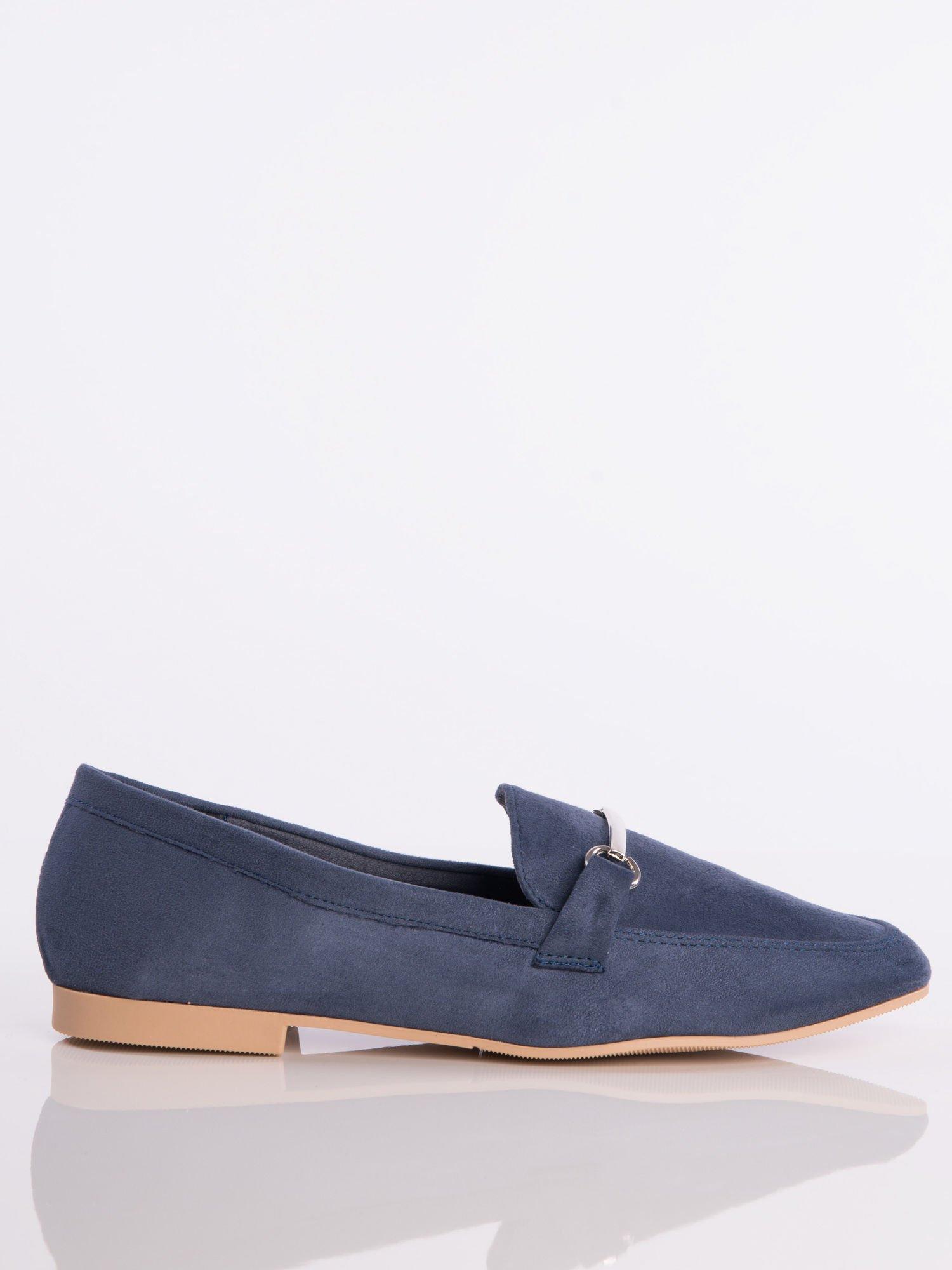 3c1811dcccc06 Granatowe zamszowe mokasyny z ozdobną klamerką i paskiem na przodzie buta  ...