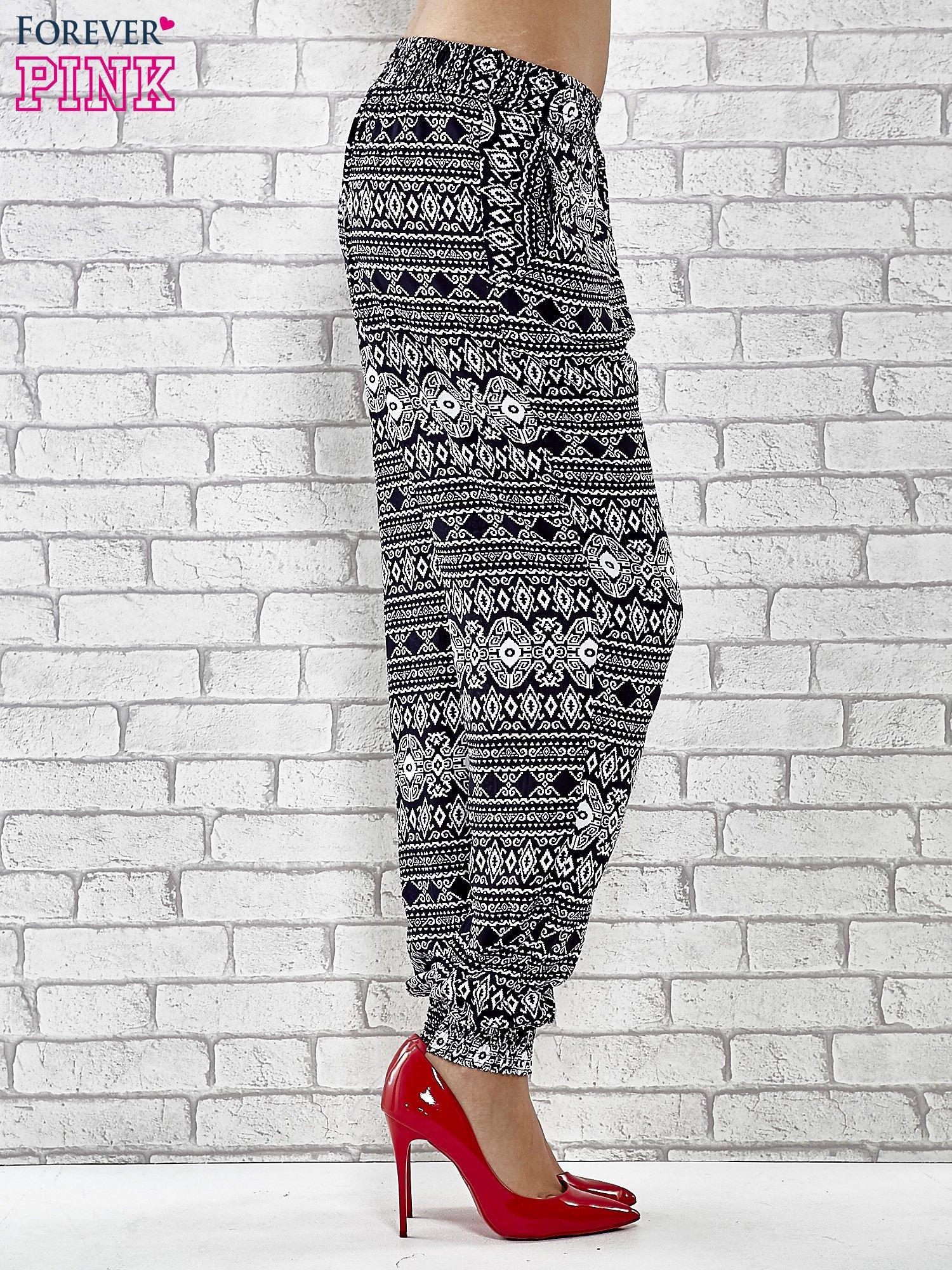 Granatowe zwiewne spodnie alladynki we wzór aztecki                                  zdj.                                  3