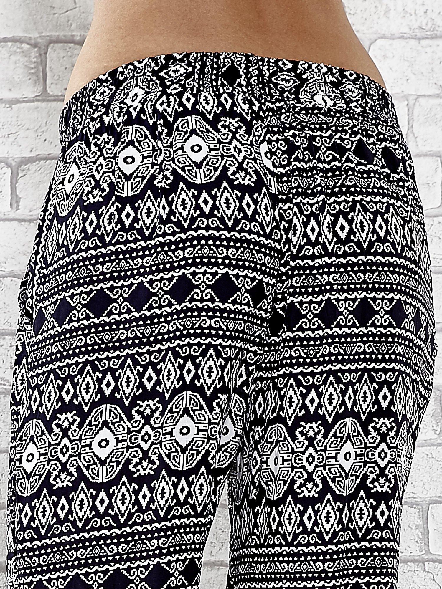 Granatowe zwiewne spodnie alladynki we wzór aztecki                                  zdj.                                  7