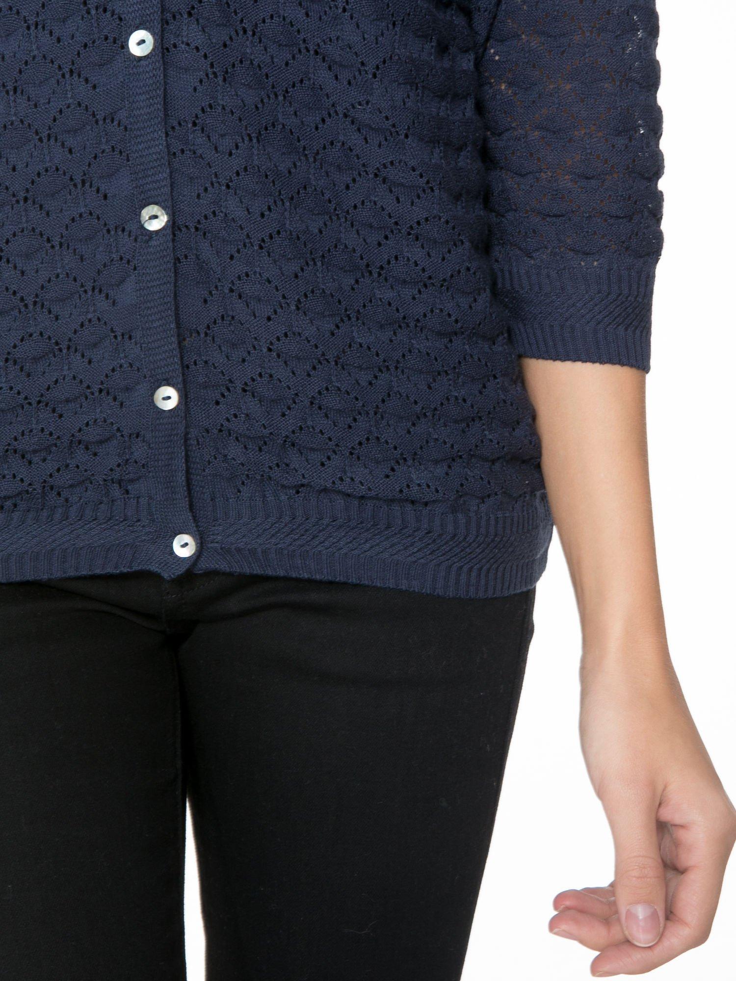 Granatowy ażurowy sweterek kardigan na guziki                                  zdj.                                  6