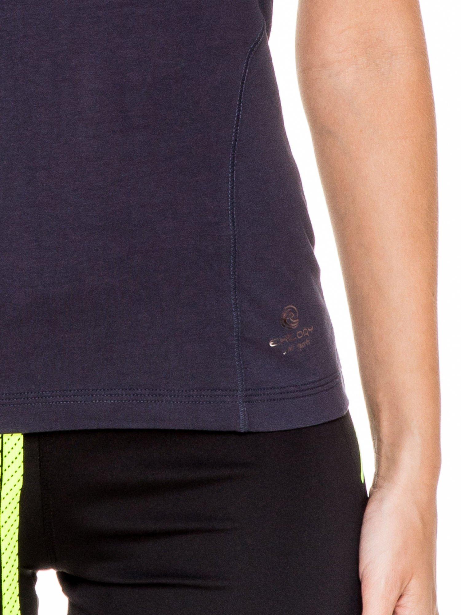Granatowy damski t-shirt sportowy z modelującymi przeszyciami                                  zdj.                                  5