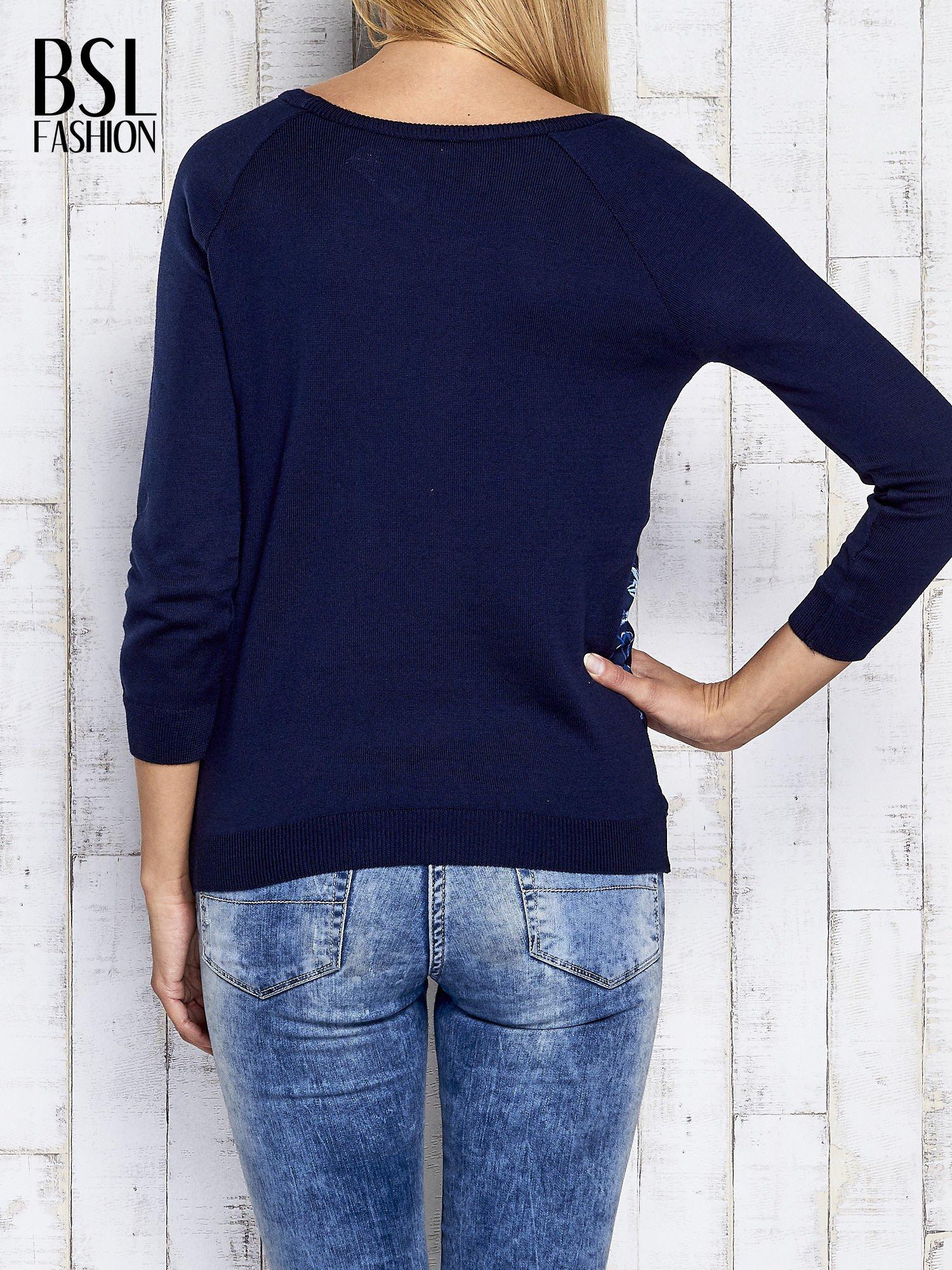 Granatowy kwiatowy sweter z łączonych materiałów                                  zdj.                                  4
