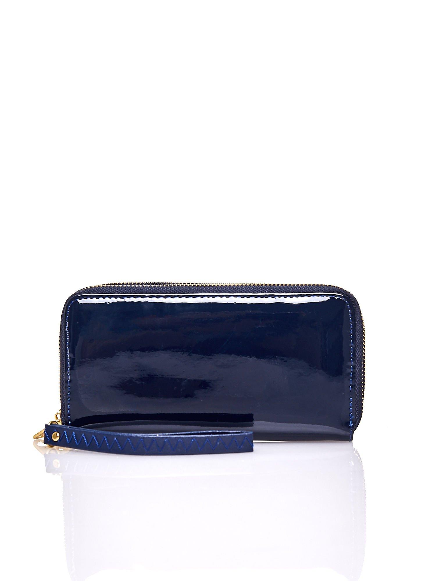 Granatowy lakierowany portfel z uchwytem na rękę                                  zdj.                                  1