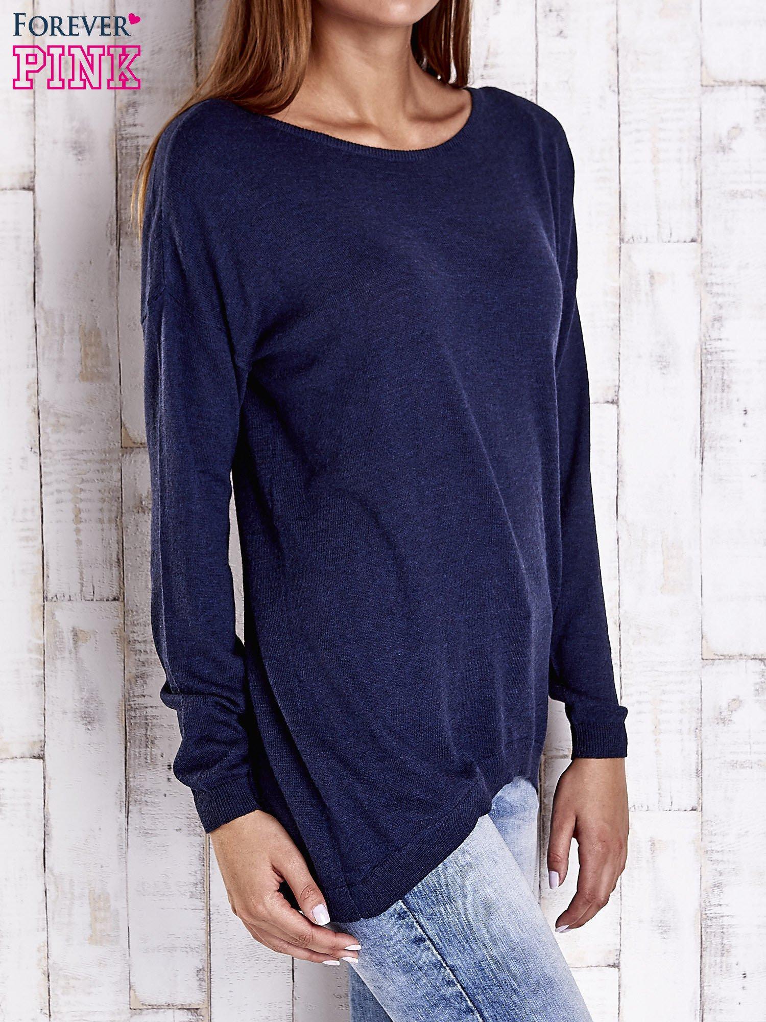 Granatowy nietoperzowy sweter oversize z dłuższym tyłem                                  zdj.                                  3