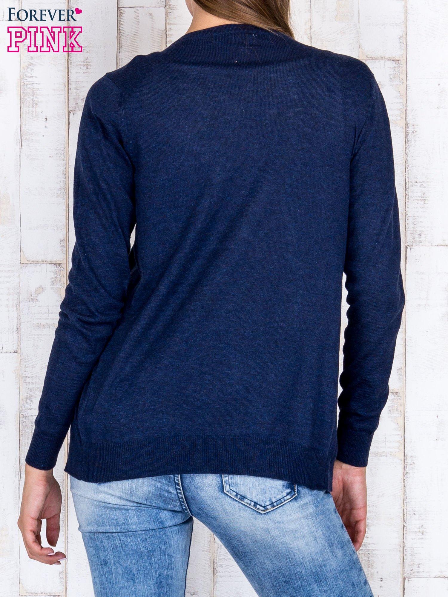 Granatowy niezapinany sweter z melanżowym efektem                                  zdj.                                  4