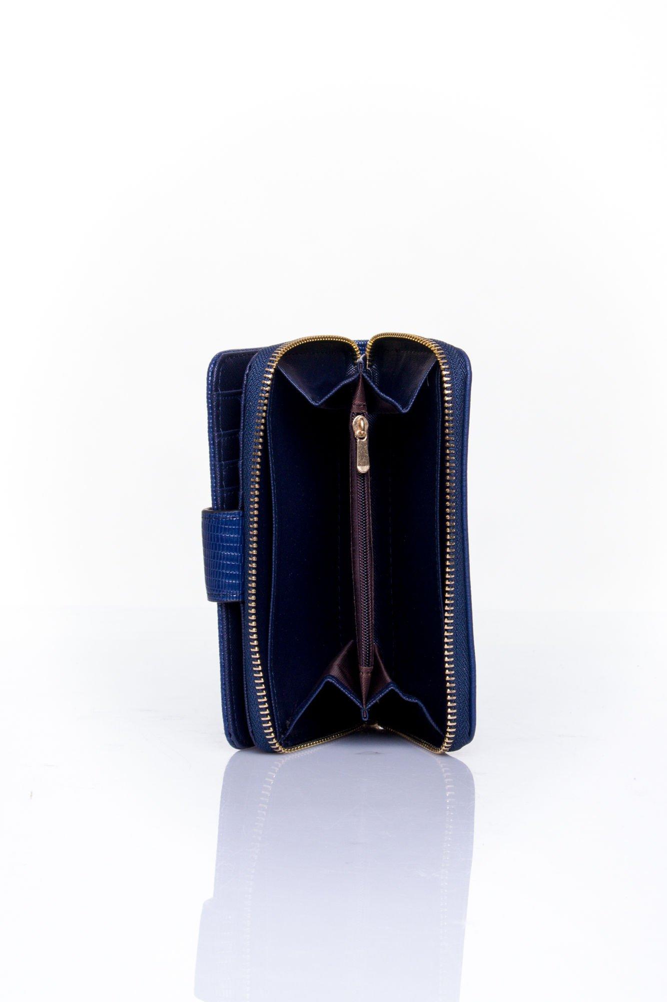 Granatowy portfel z ozdobną złotą klamrą                                  zdj.                                  5
