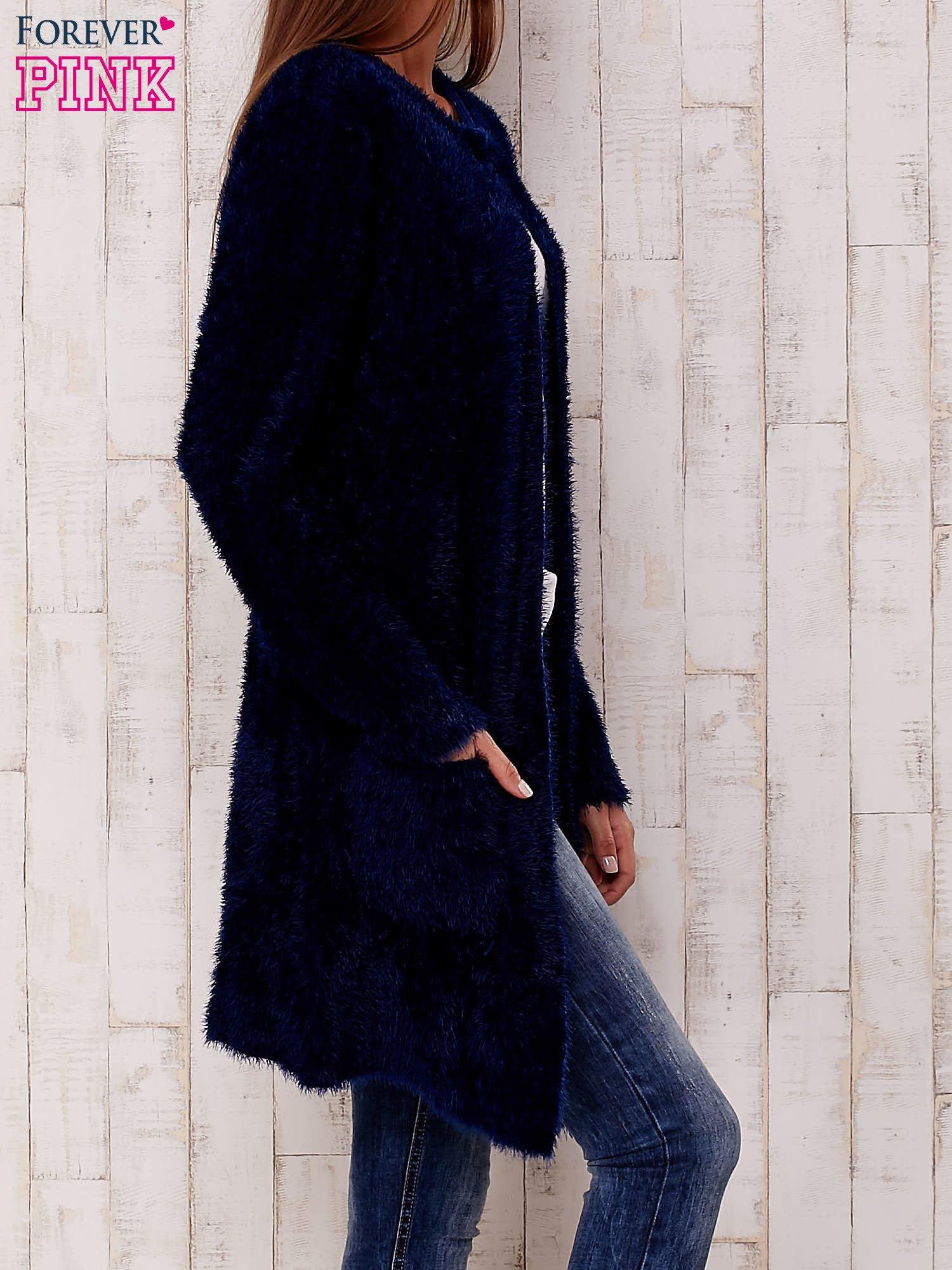 Granatowy puszysty sweter z otwartym dekoltem                                  zdj.                                  3