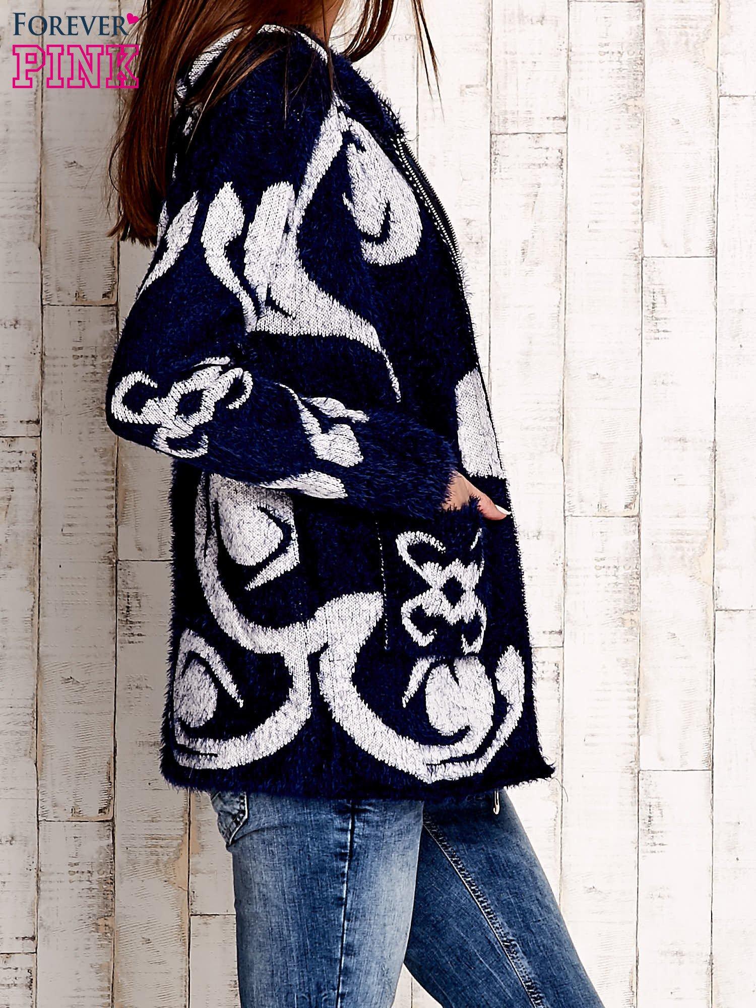 Granatowy sweter long hair z ornamentowym motywem                                  zdj.                                  3
