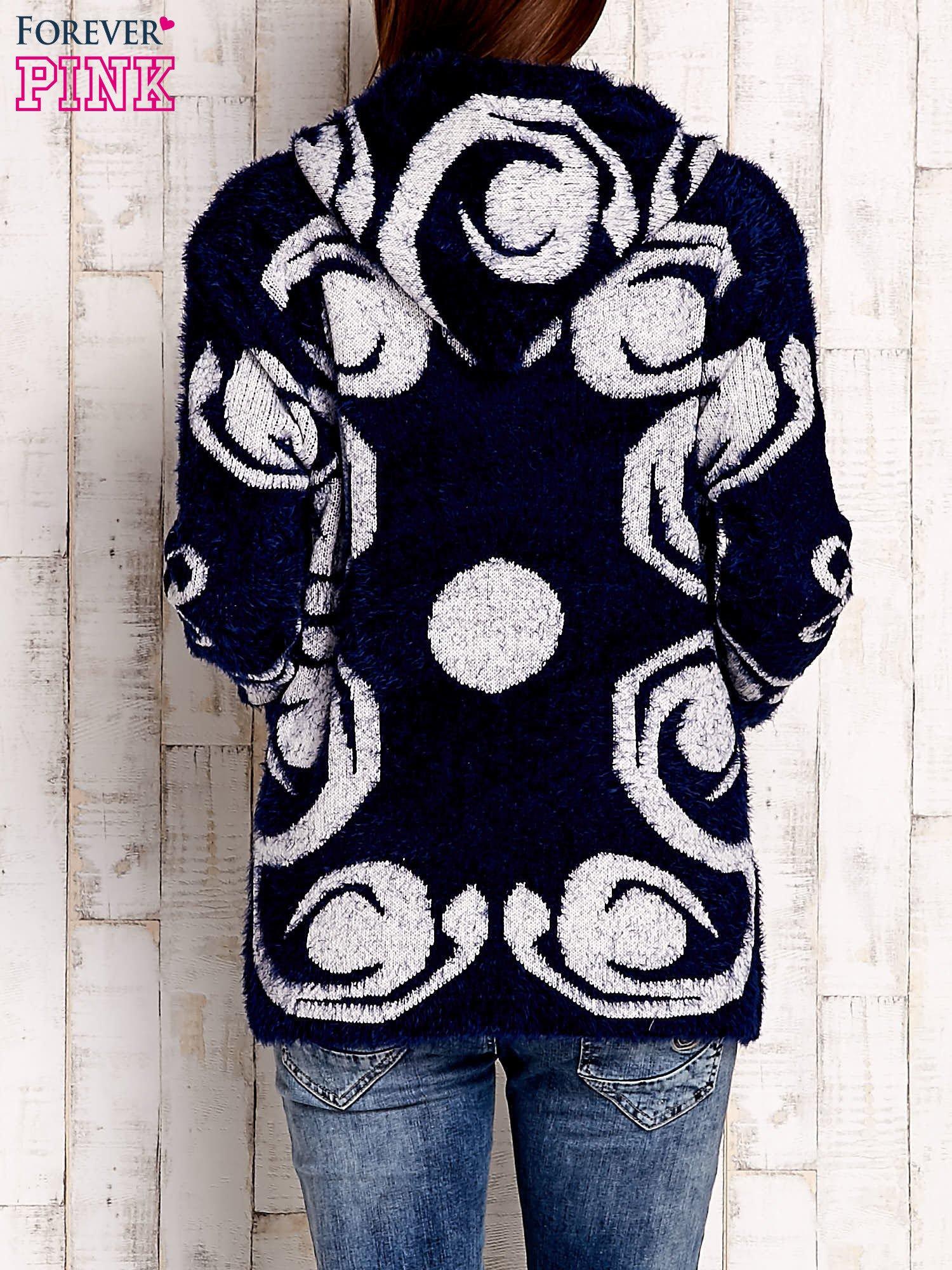 Granatowy sweter long hair z ornamentowym motywem                                  zdj.                                  4
