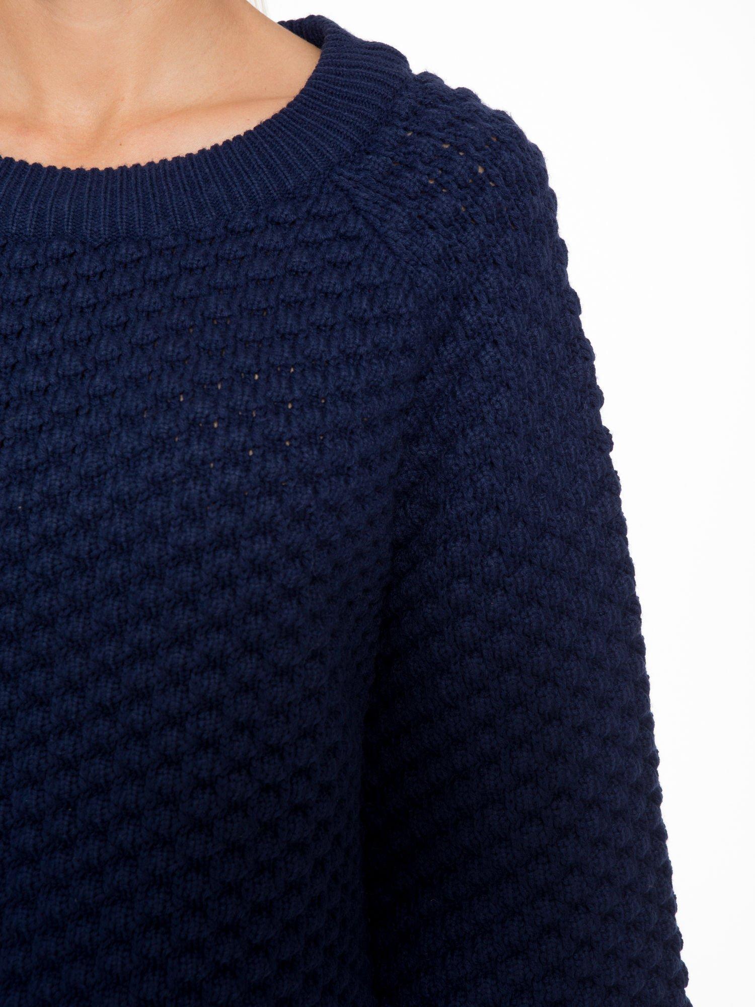 Granatowy sweter o bąbelkowej fakturze                                  zdj.                                  5