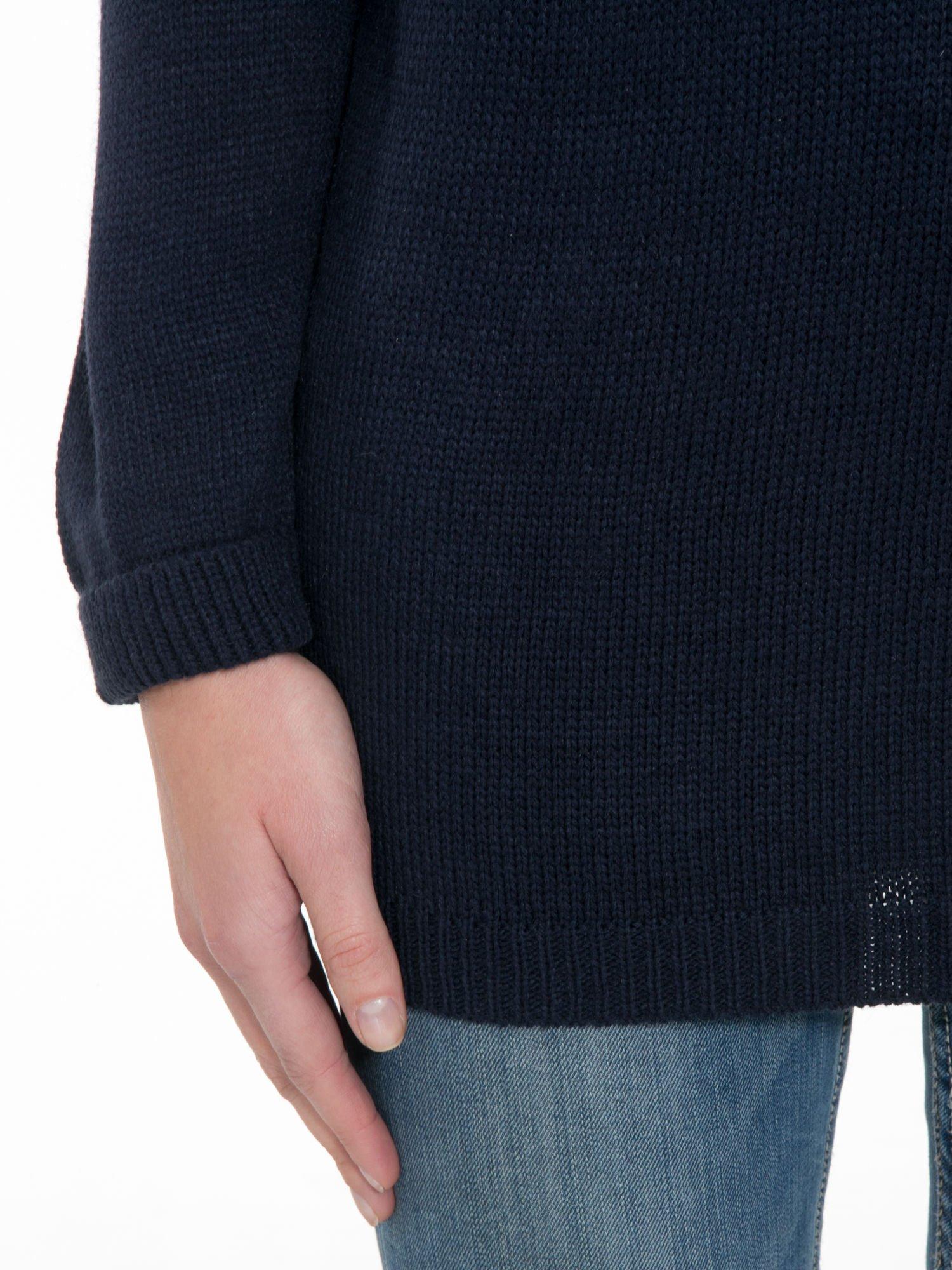 Granatowy sweter z nadrukiem WANTED i dżetami                                  zdj.                                  6