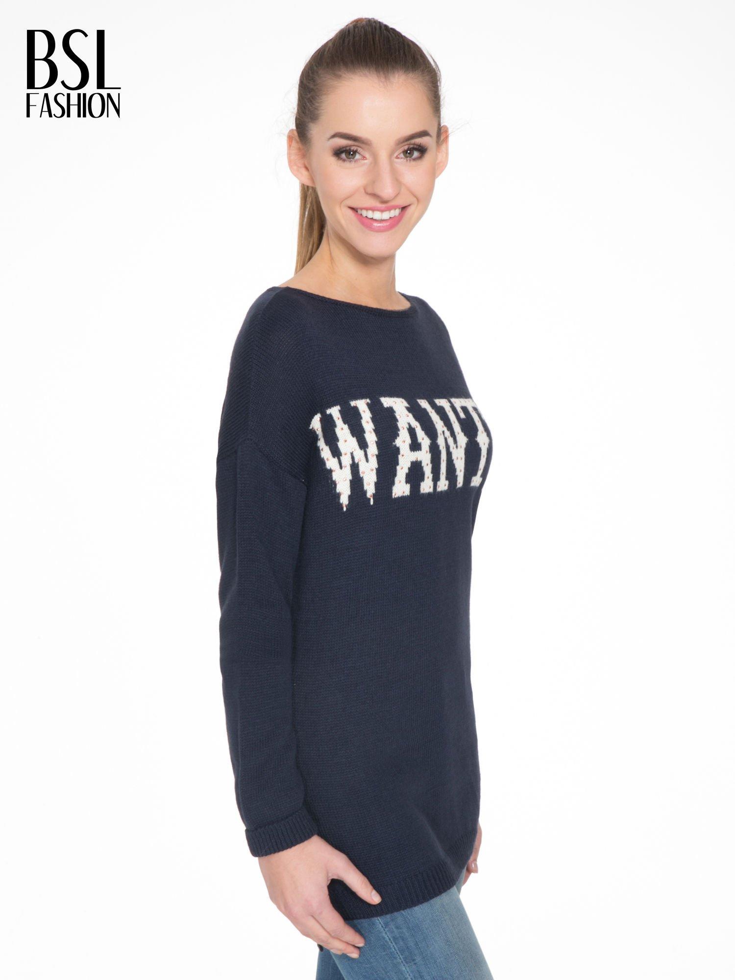 Granatowy sweter z nadrukiem WANTED i dżetami                                  zdj.                                  3