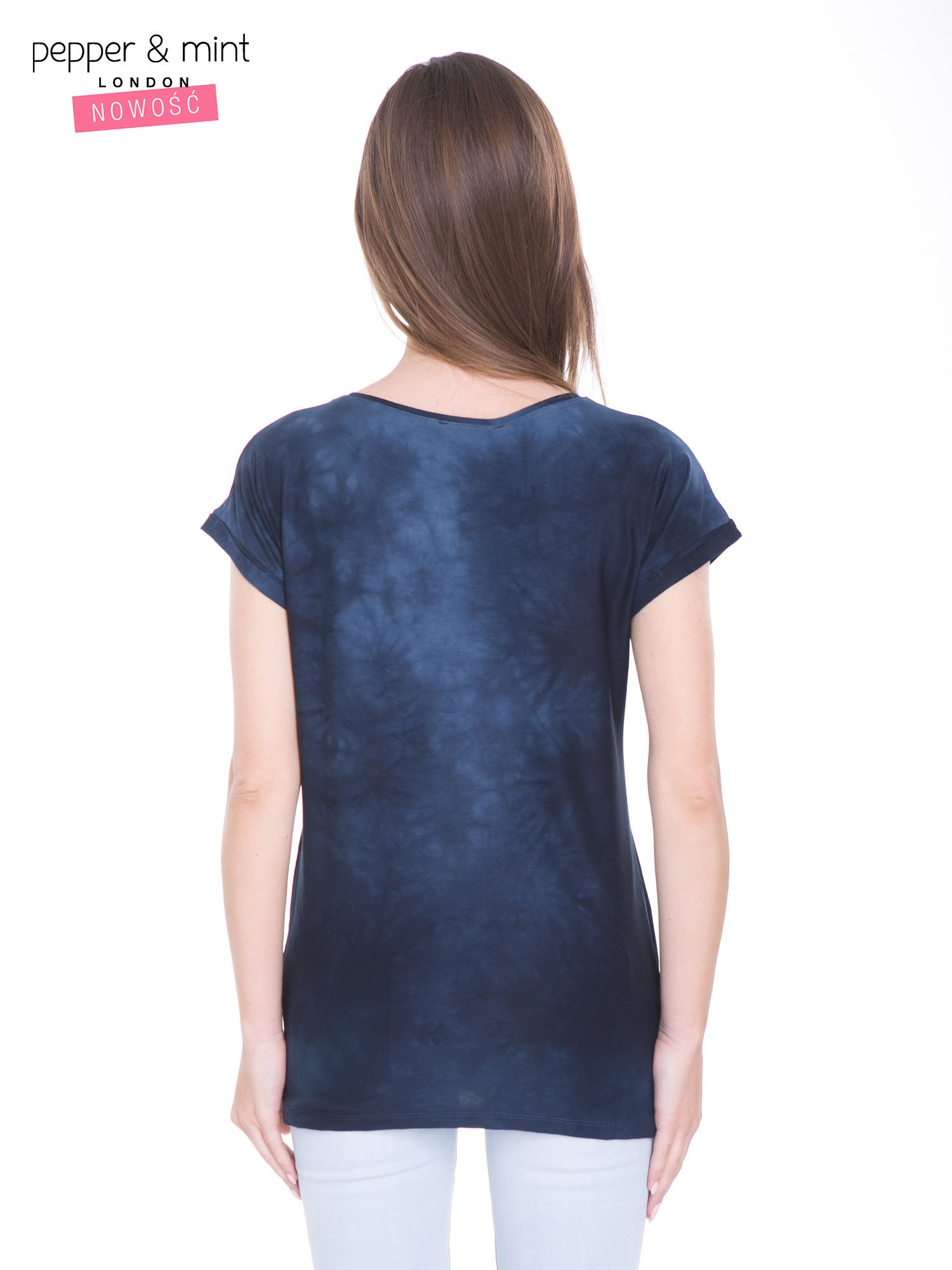 Granatowy t-shirt dekatyzowany z nadrukiem w stylu fashion                                   zdj.                                  4