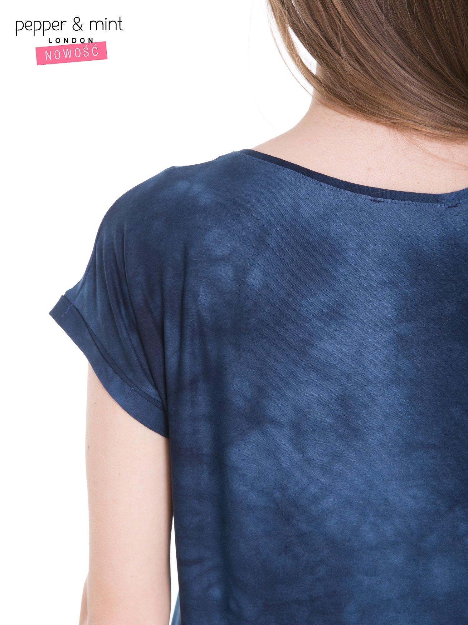 Granatowy t-shirt dekatyzowany z nadrukiem w stylu fashion                                   zdj.                                  9