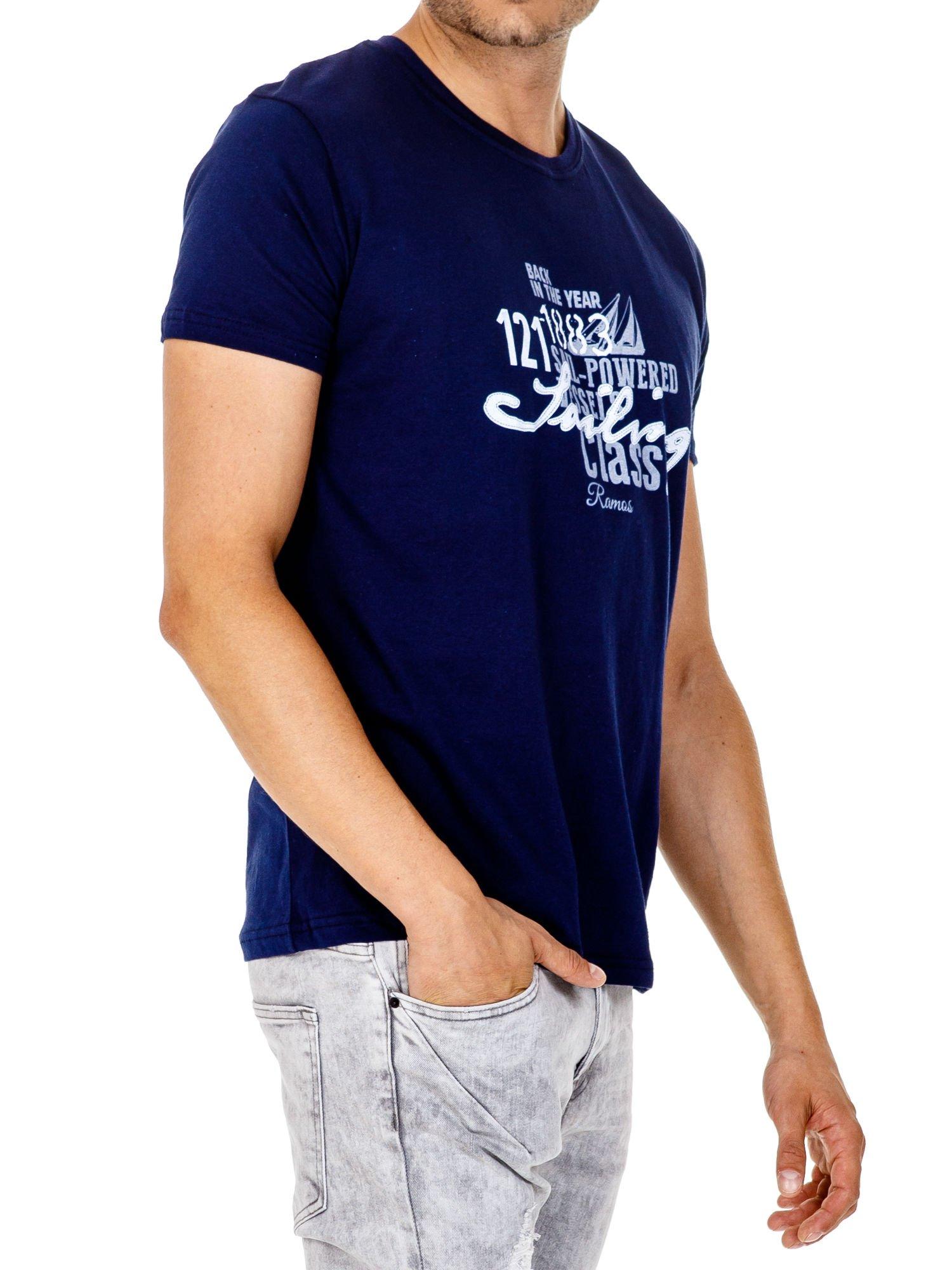 Granatowy t-shirt męski z marynarskim motywem i napisem SAILING                                  zdj.                                  4