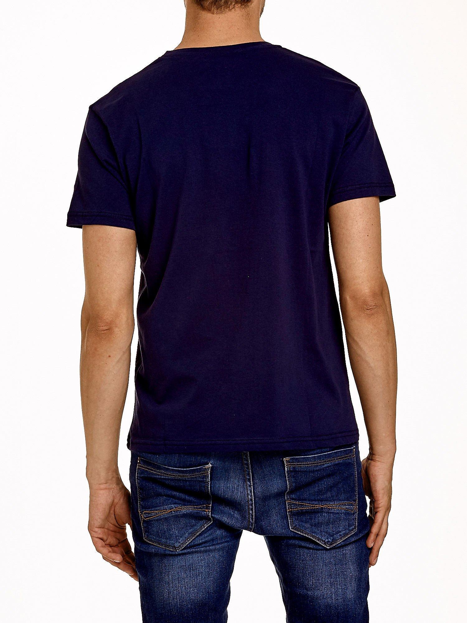 Granatowy t-shirt męski z napisami i liczbą 83                                  zdj.                                  5