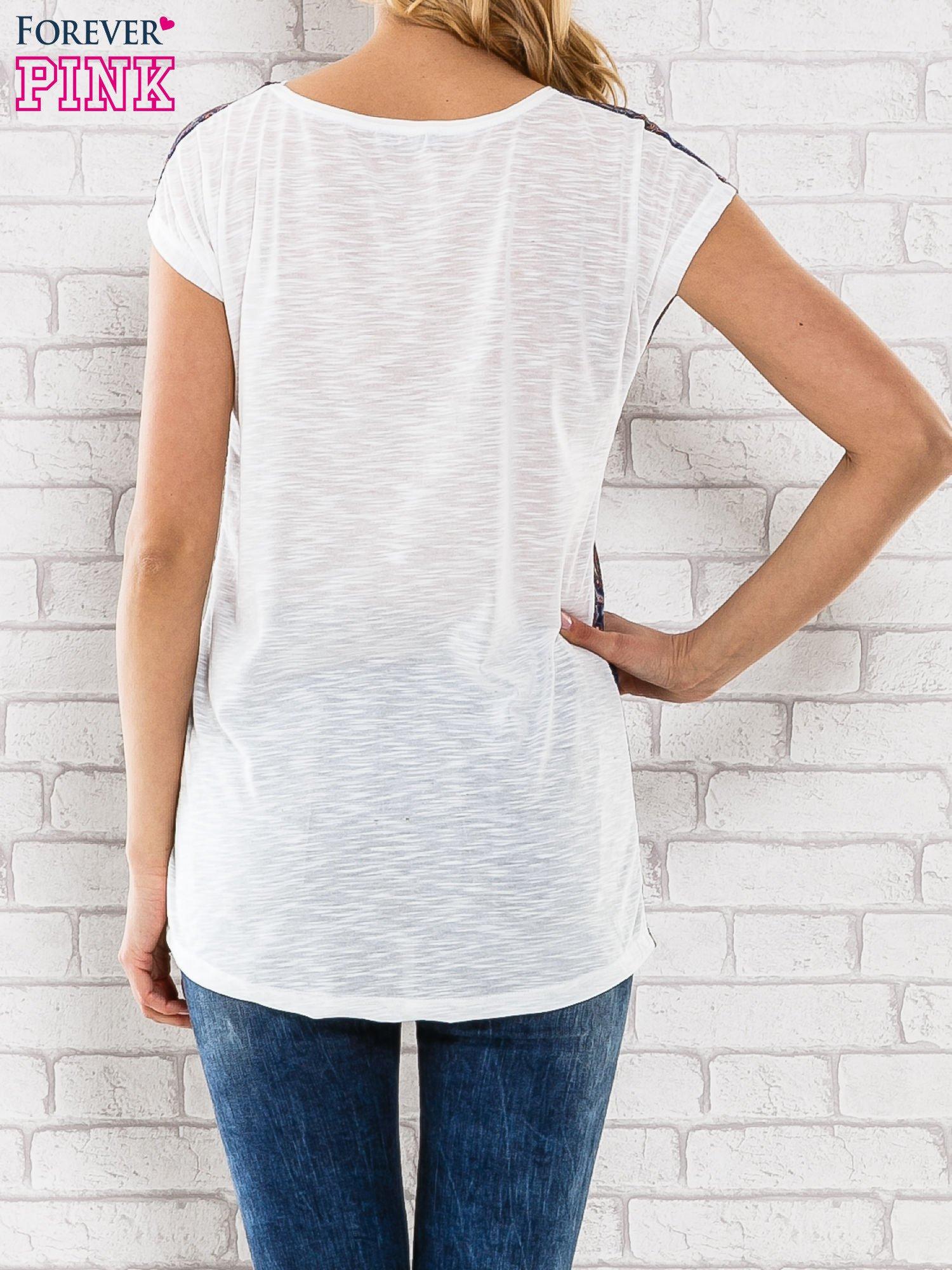 Granatowy t-shirt w motyw paisley                                  zdj.                                  2